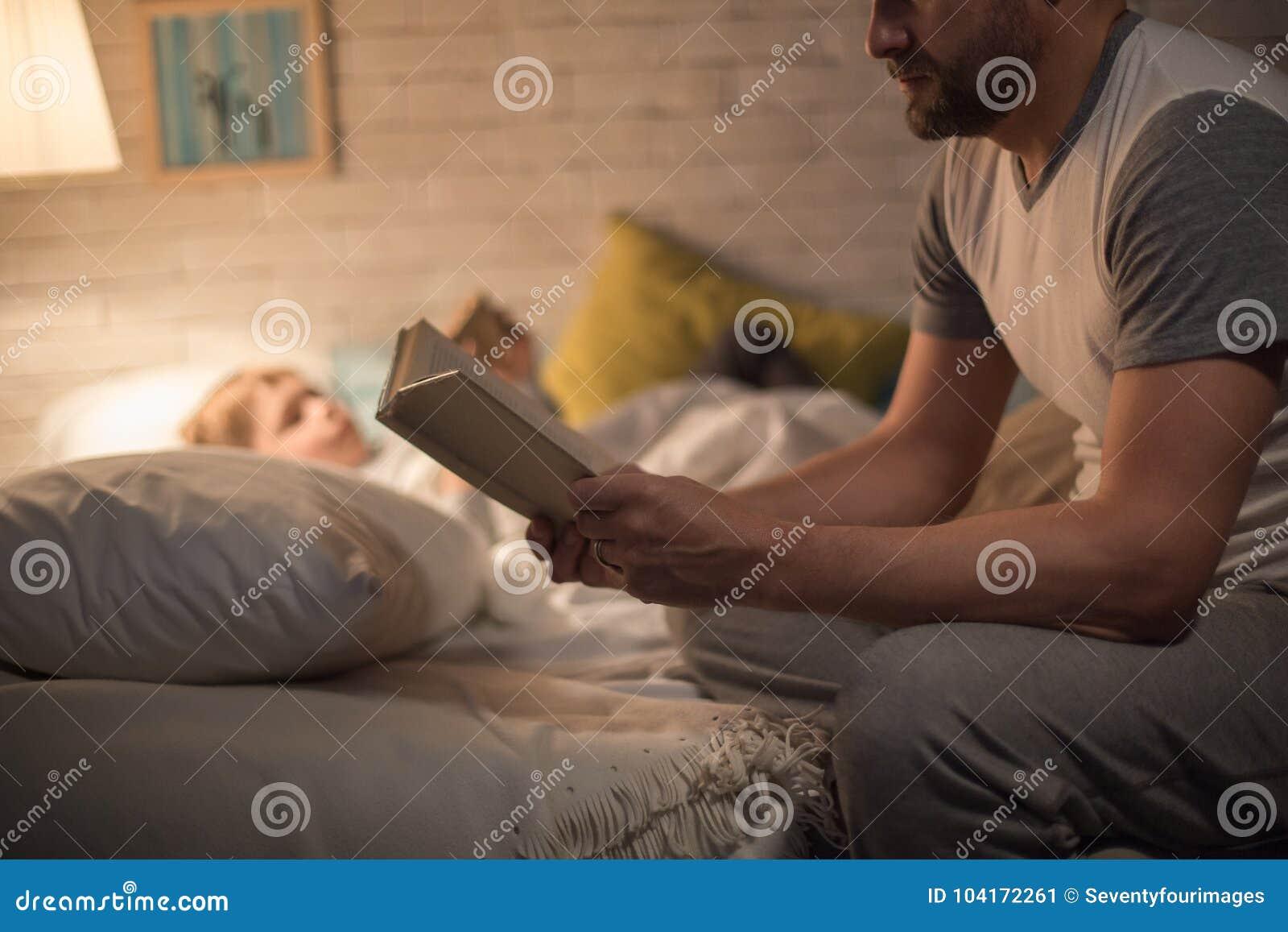 Père Reading Bedtime Story au fils