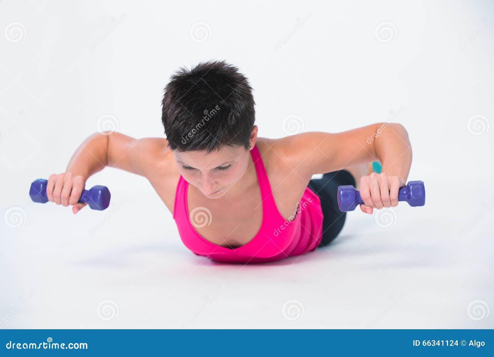 Pèse l exercice d haltère de séance d entraînement