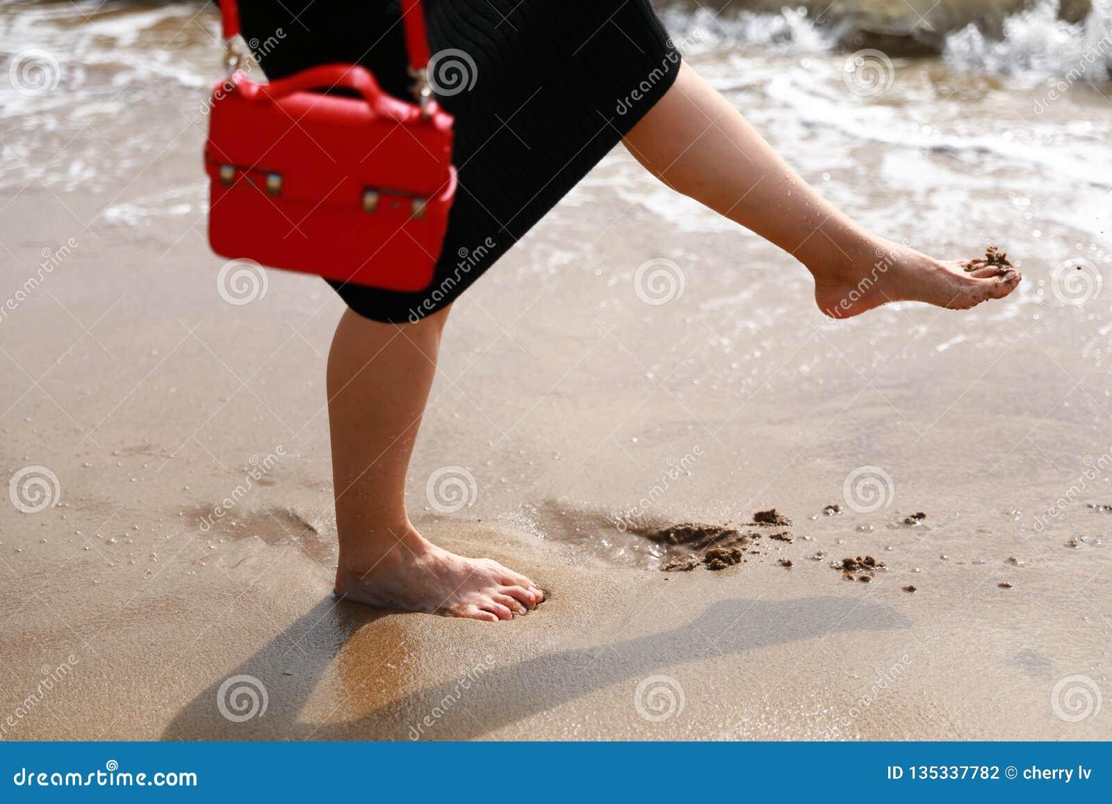 Pé na praia arenosa