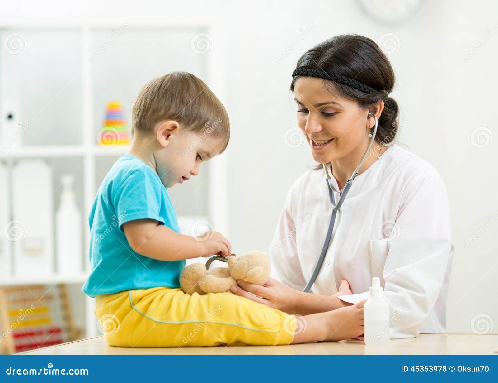 Pédiatre de visite d enfant au bureau de docteur