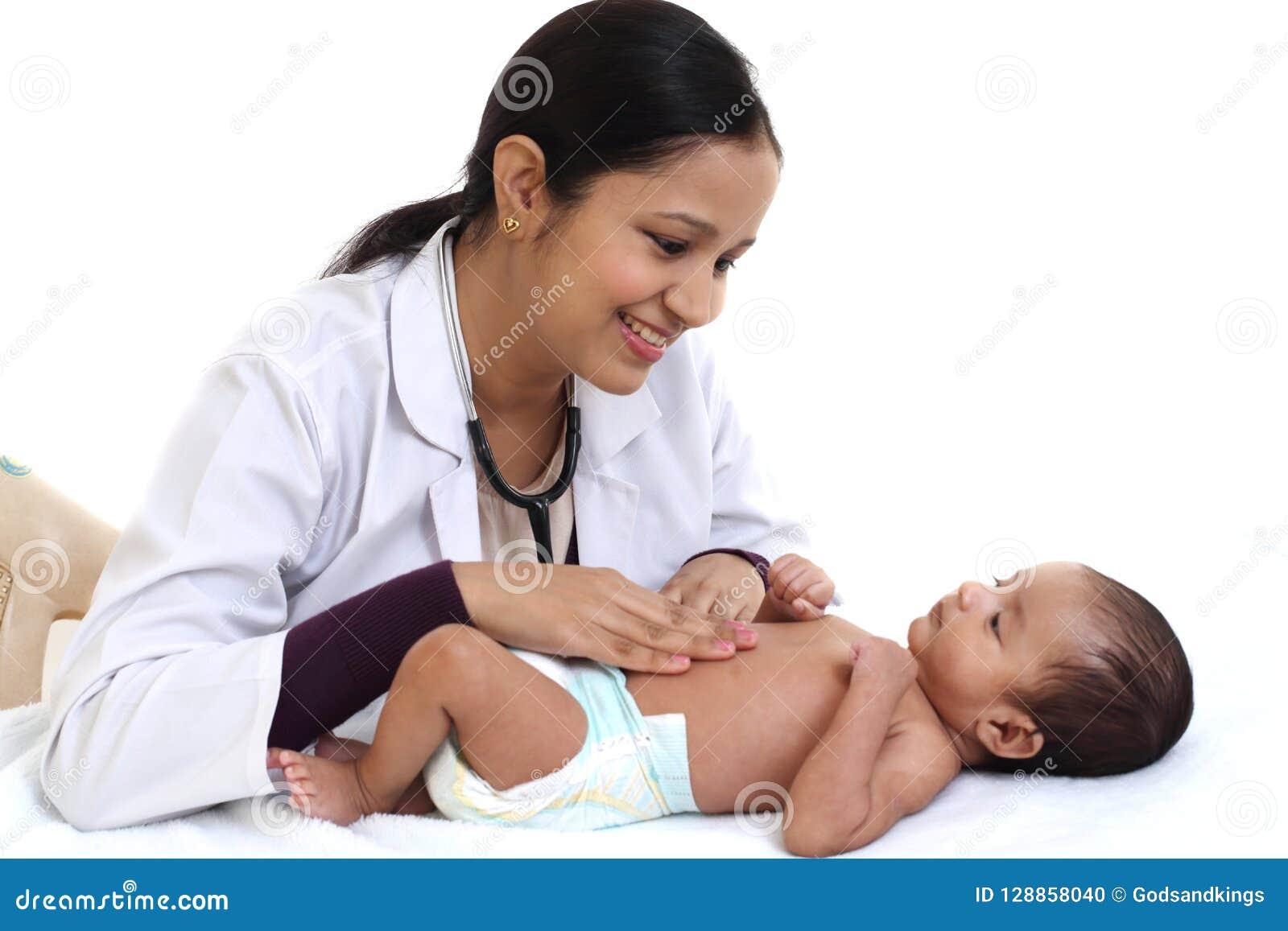 Pédiatre féminin examiner le bébé nouveau-né