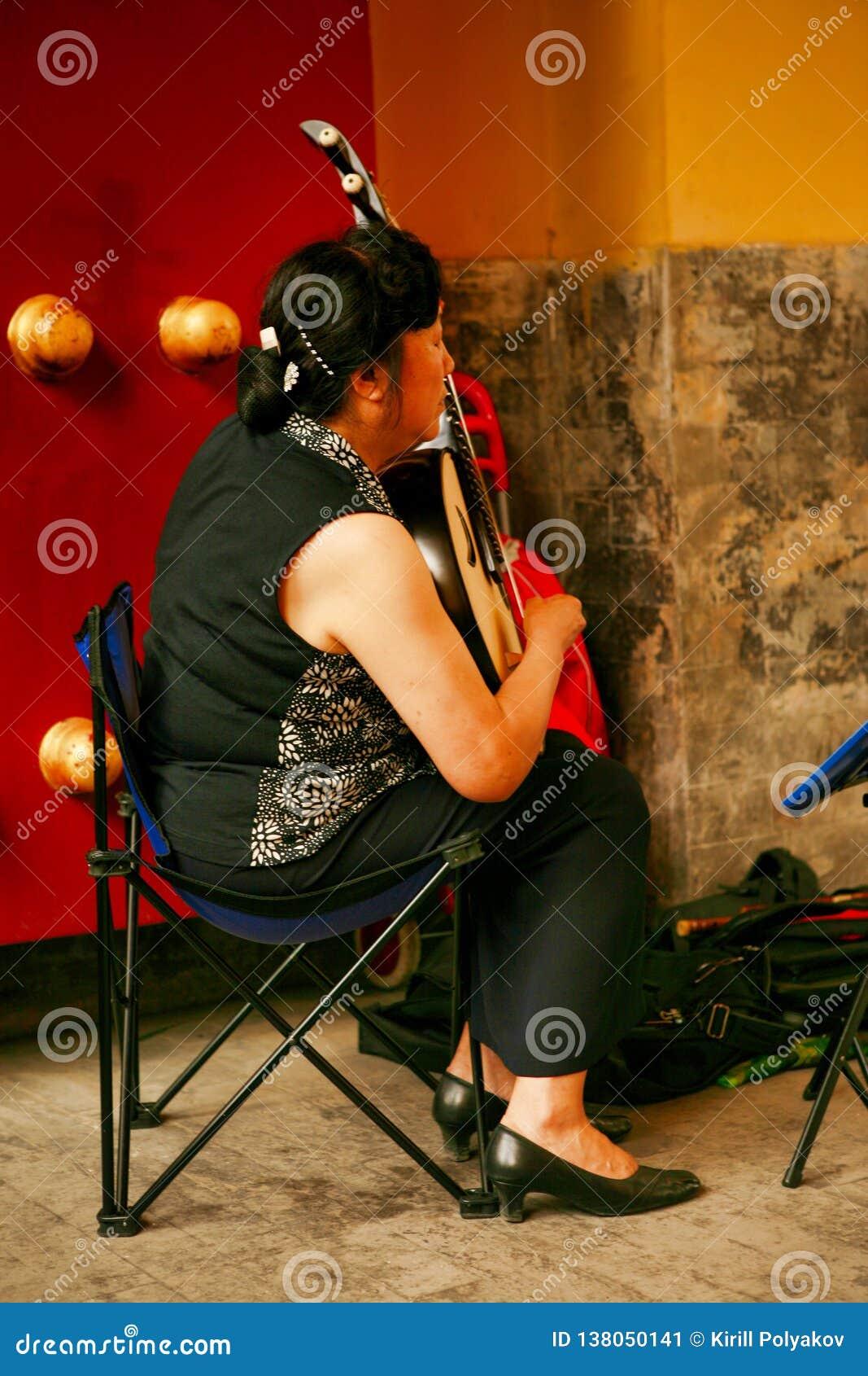 Pékin, Chine 07/06/2018 femme chinoise d A joue en parc avec un pipa national d instrument