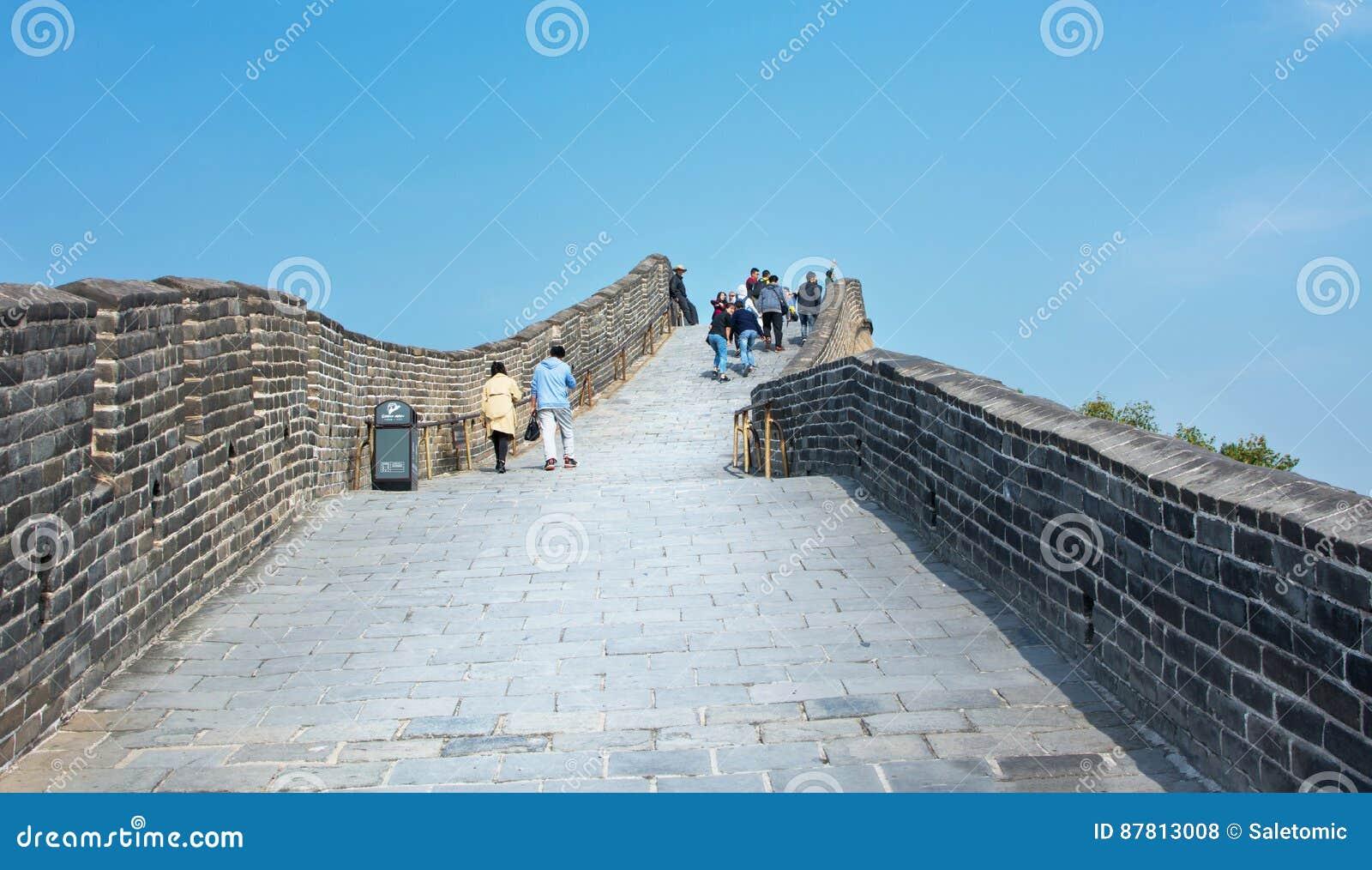 PÉKIN, CHINE, SEPTEMBRE, 29, 2016 : Touristes marchant sur le Grea