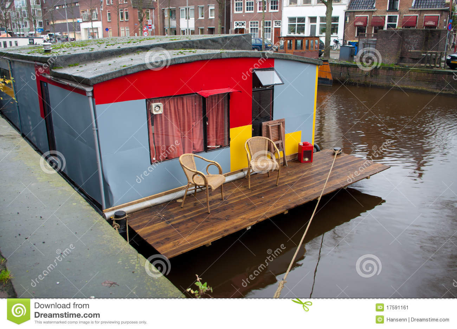 Peniche Amenagee En Habitation Avec La Petite Terrasse Image
