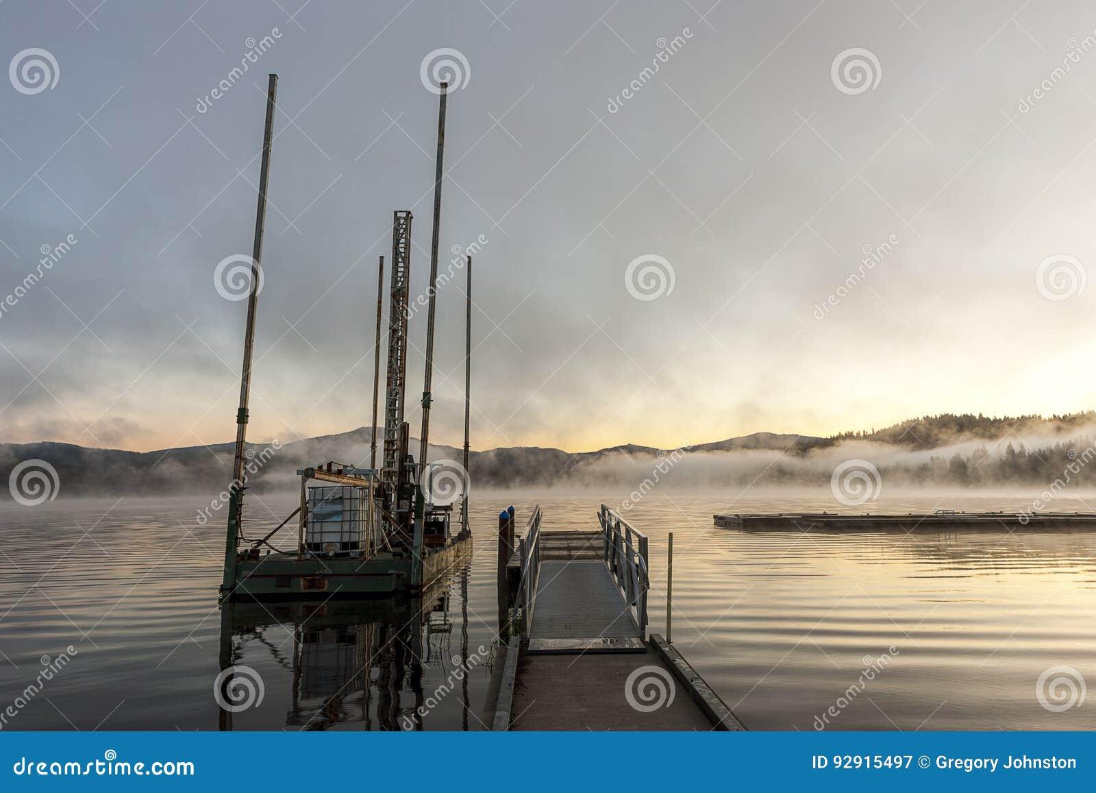 Péniche au lever de soleil sur le lac