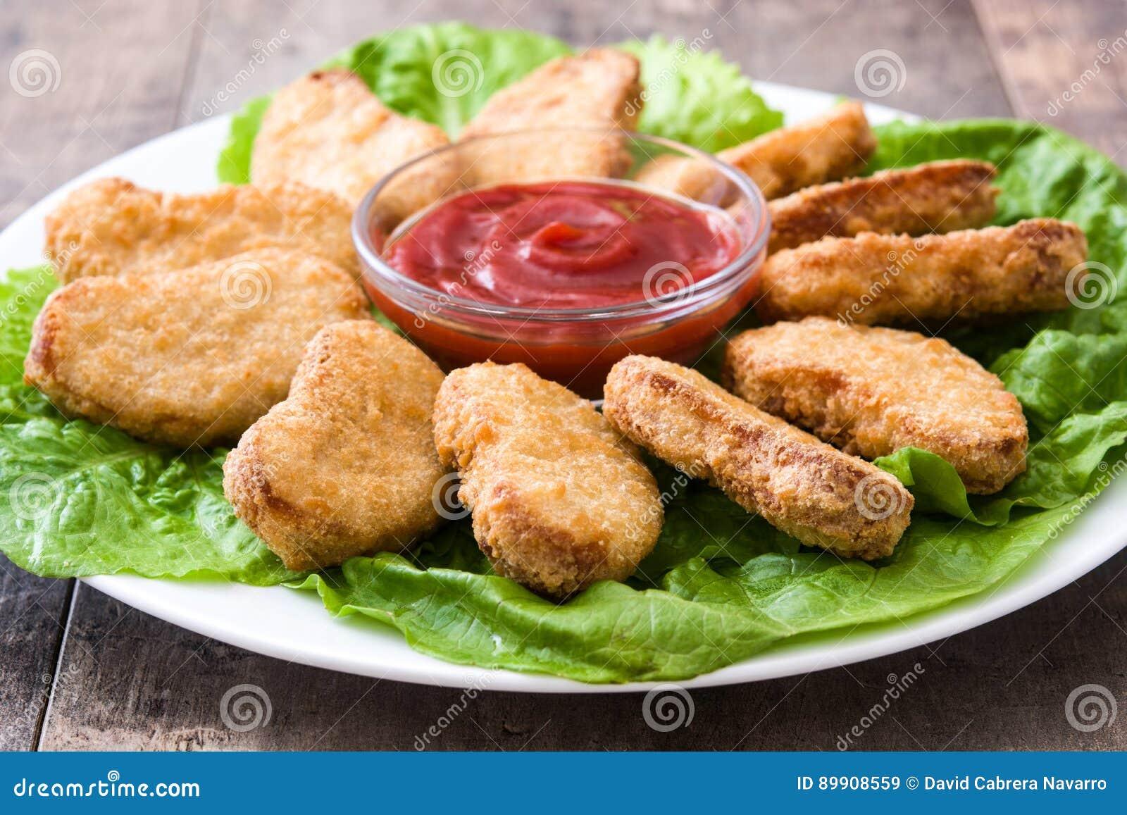 Pépites de poulet frit sur le bois