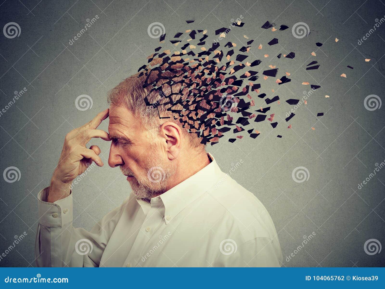 Pérdida de memoria debido a la demencia Piezas perdidosas del hombre mayor de la cabeza como muestra de la función disminuida de
