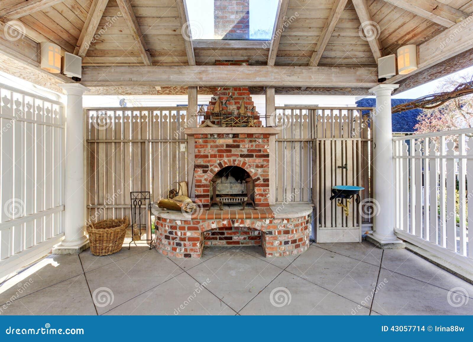 P rgola con la chimenea del ladrillo en patio trasero foto for Asador de ladrillo para jardin