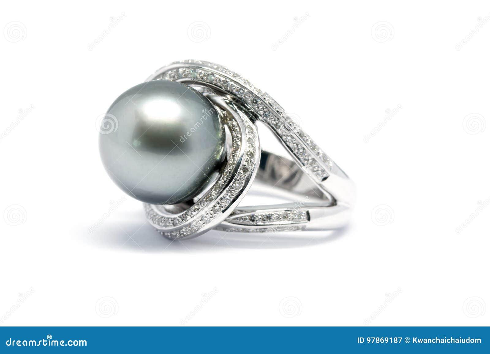 Pérola escura com o anel da platina do diamante e do ouro isolado