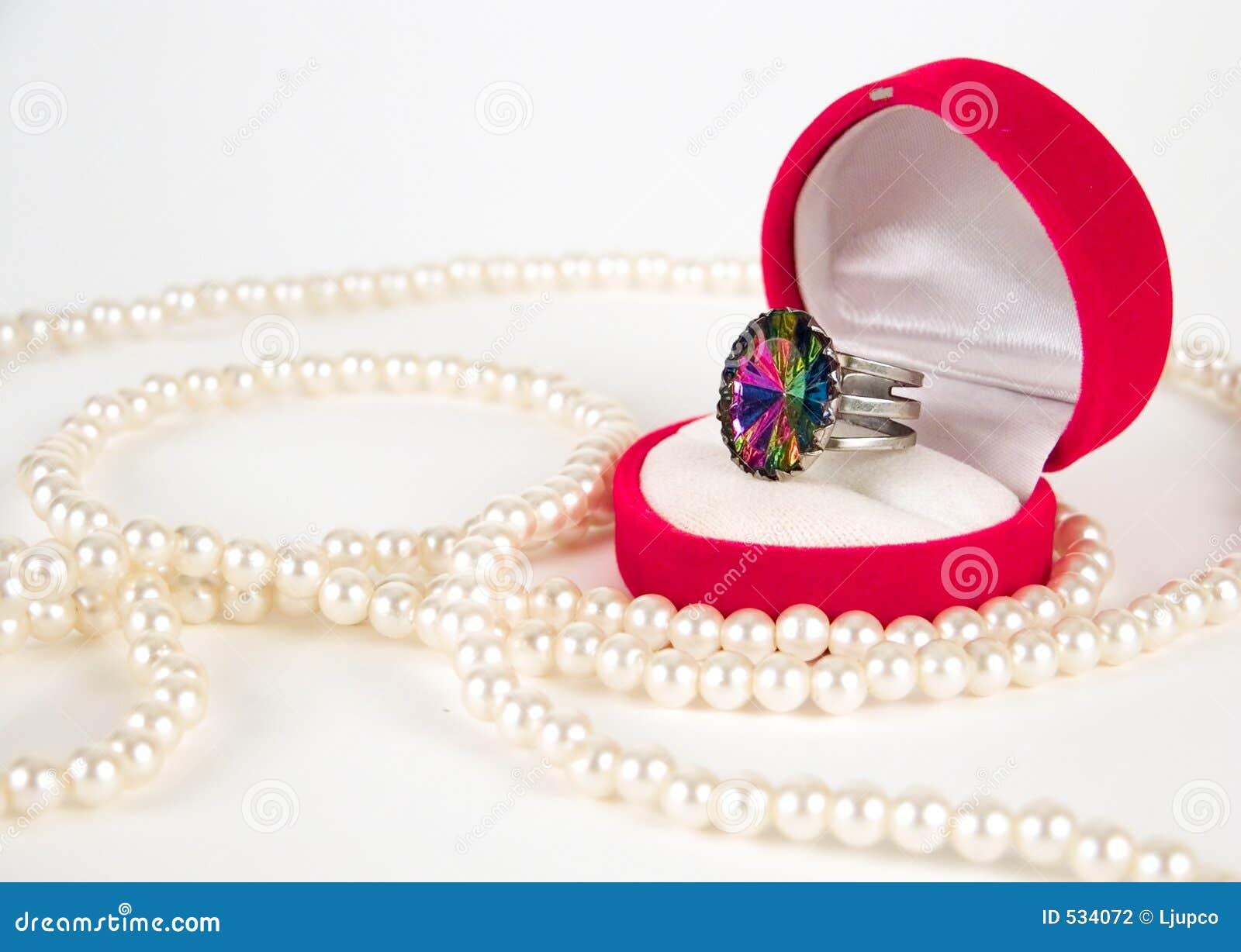 Pérolas e anel caro