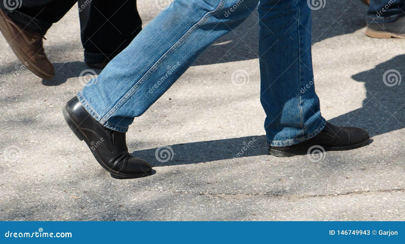 Pés ao andar em sapatas gastas