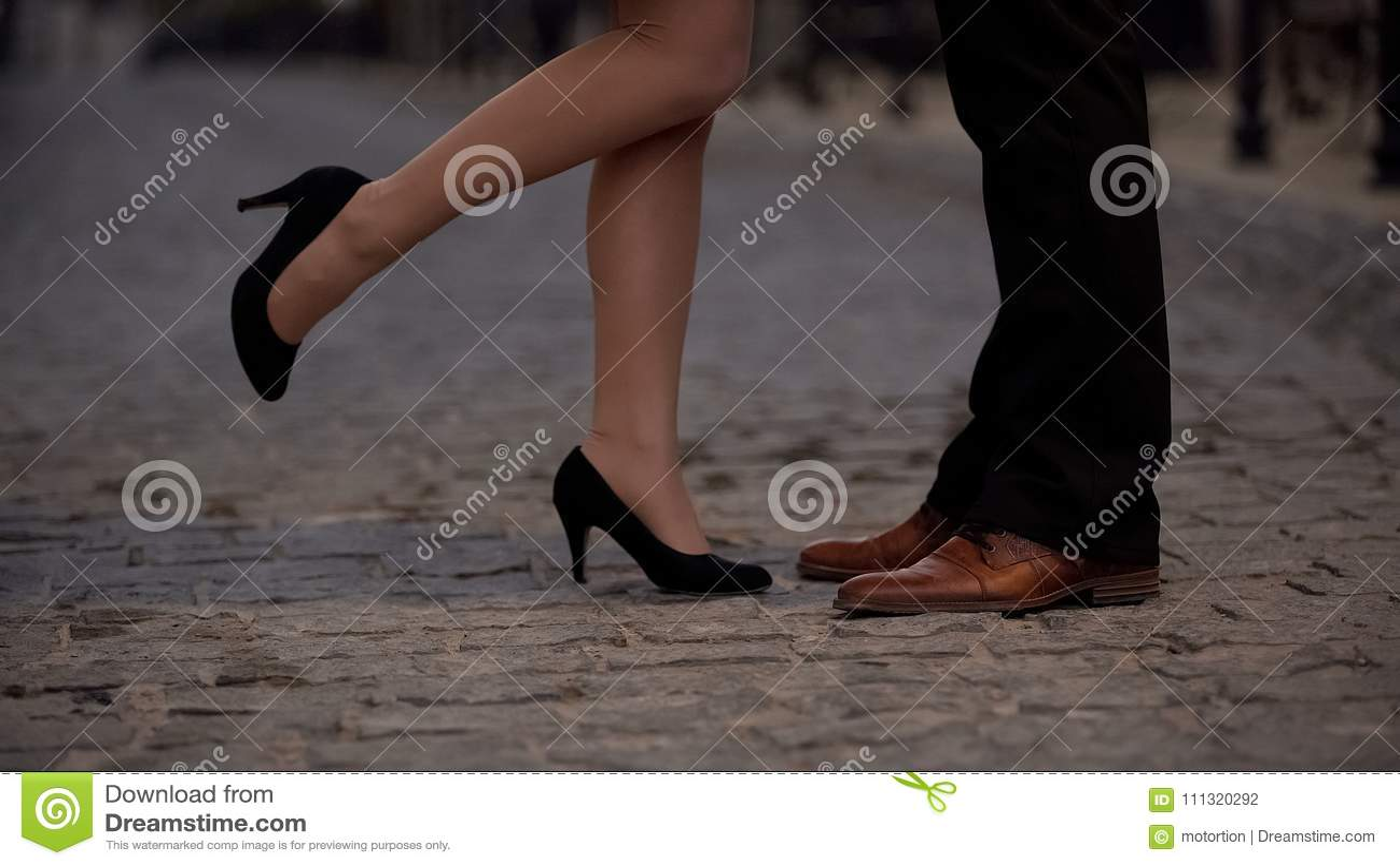 Pés da menina alegre que beijam seu noivo, sócios de datar o Web site, romance