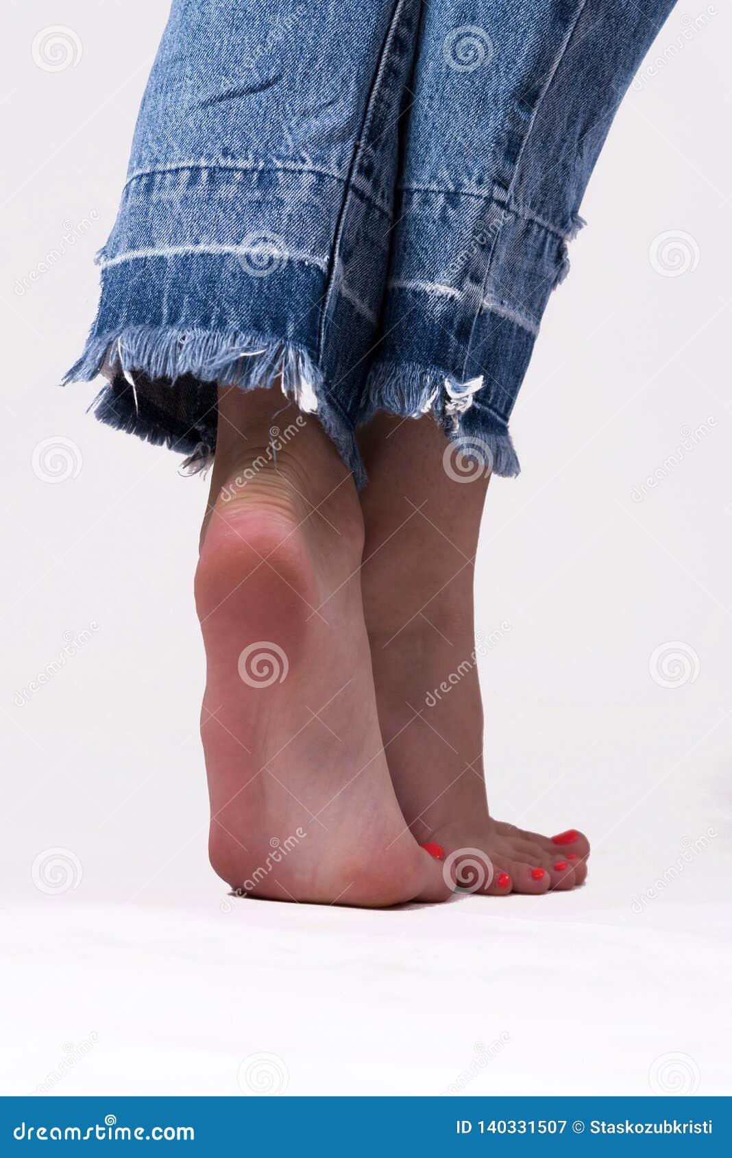 Pés da moça nas calças de brim