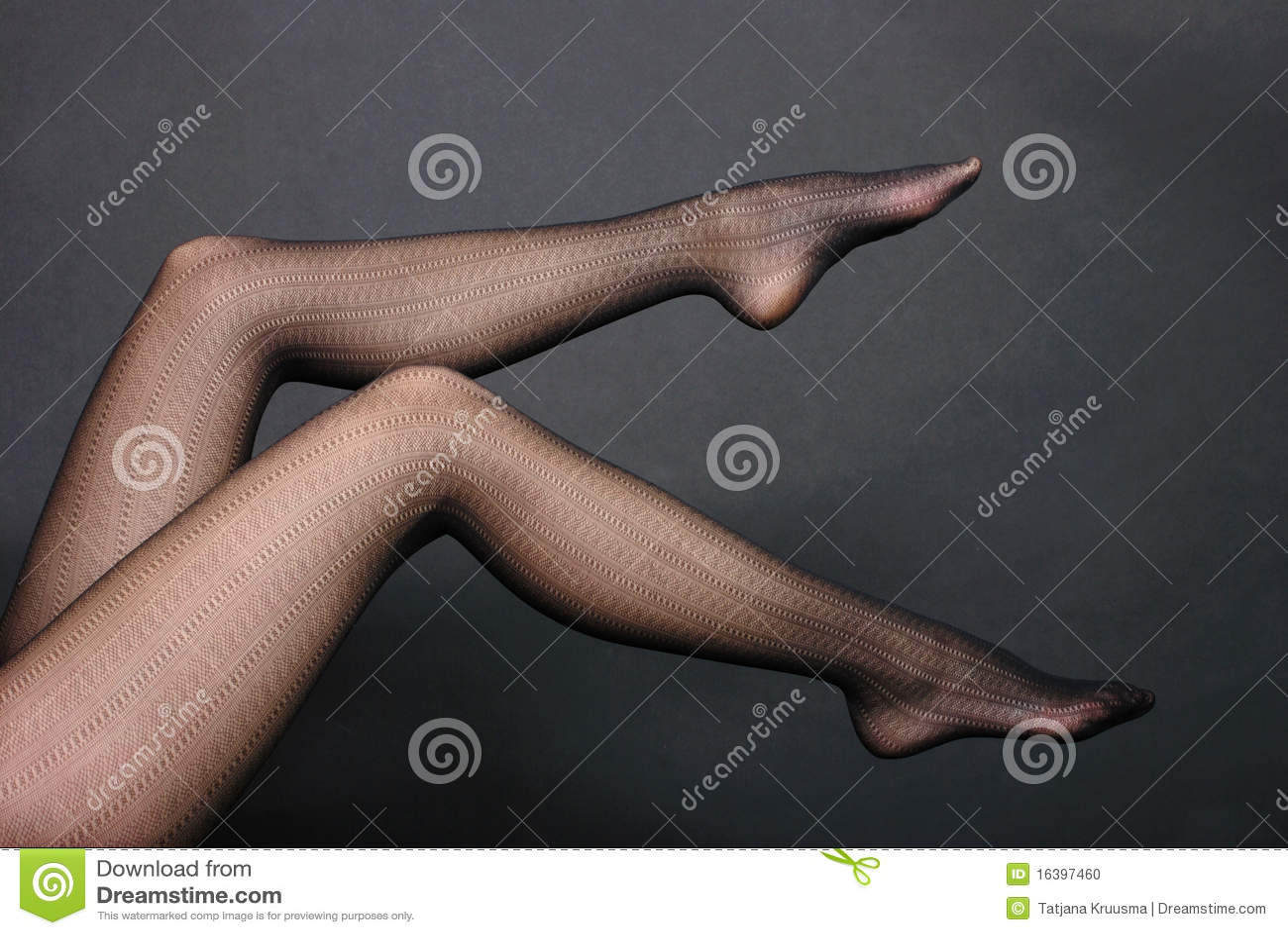 Pés da mulher nas calças justas