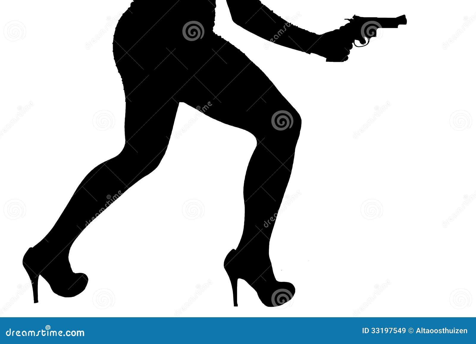 Pés da mulher perigosa com revólver e a silhueta preta das sapatas