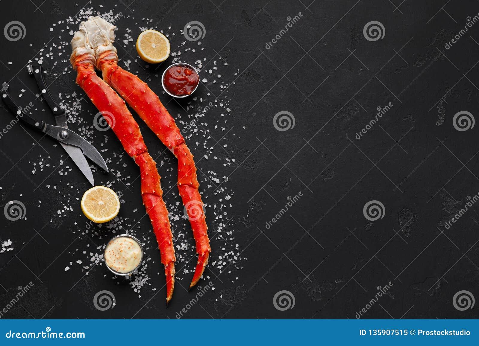 Pés de caranguejo deliciosos do rei com opinião superior das ferramentas comer