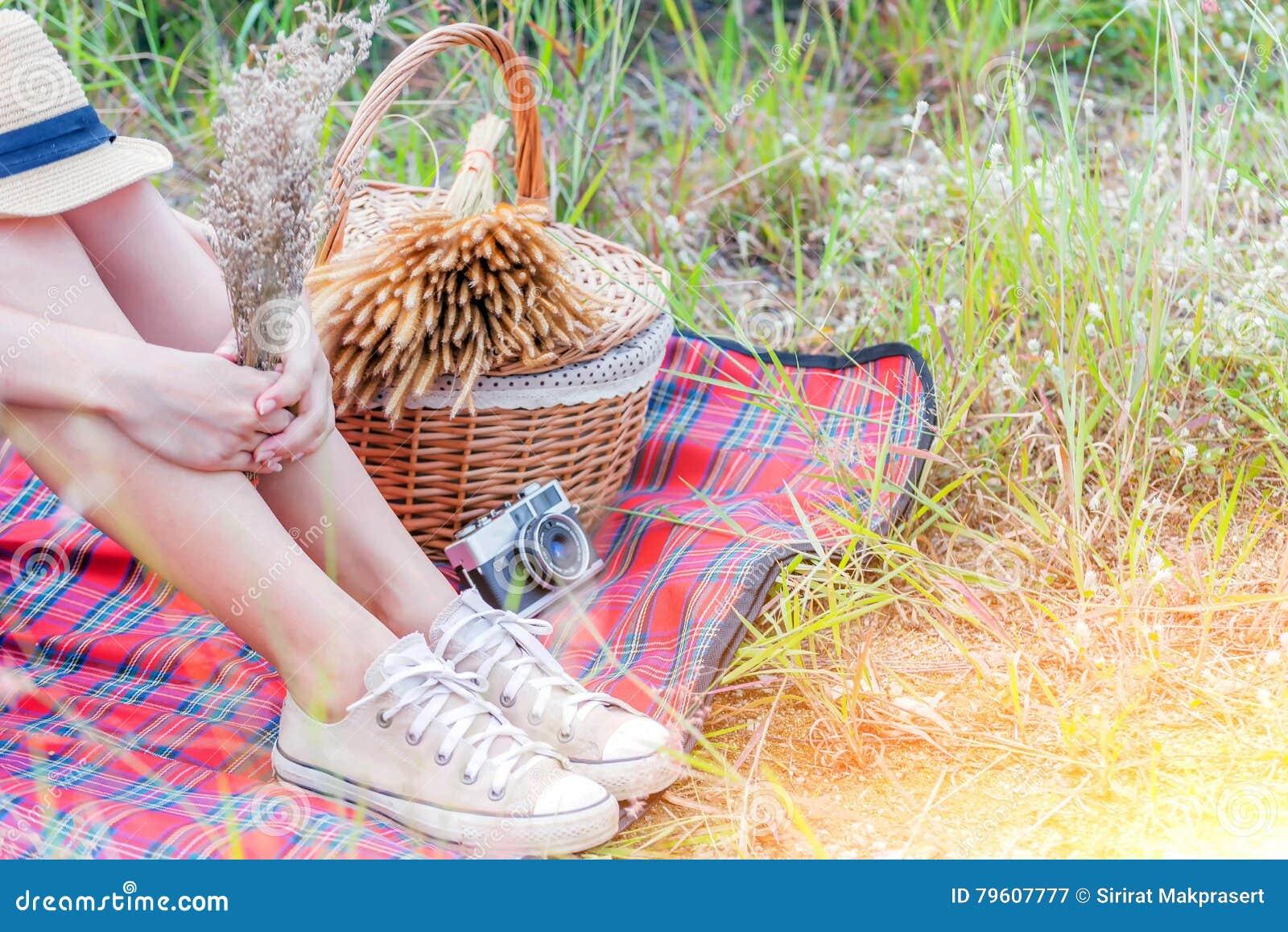 Pés dos adolescentes com sapatas de lona, delicado e foco seleto