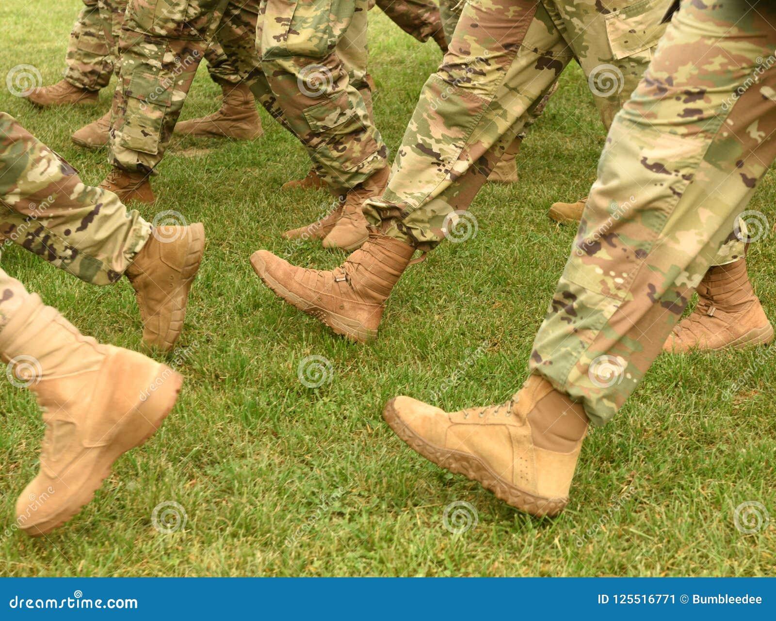 Pés dos soldados dos E.U. no uniforme militar da camuflagem verde Tropas dos E.U.
