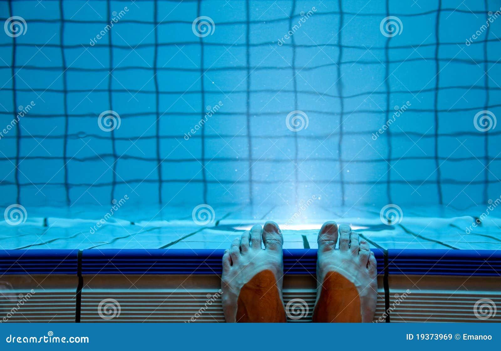 Pés na piscina interna