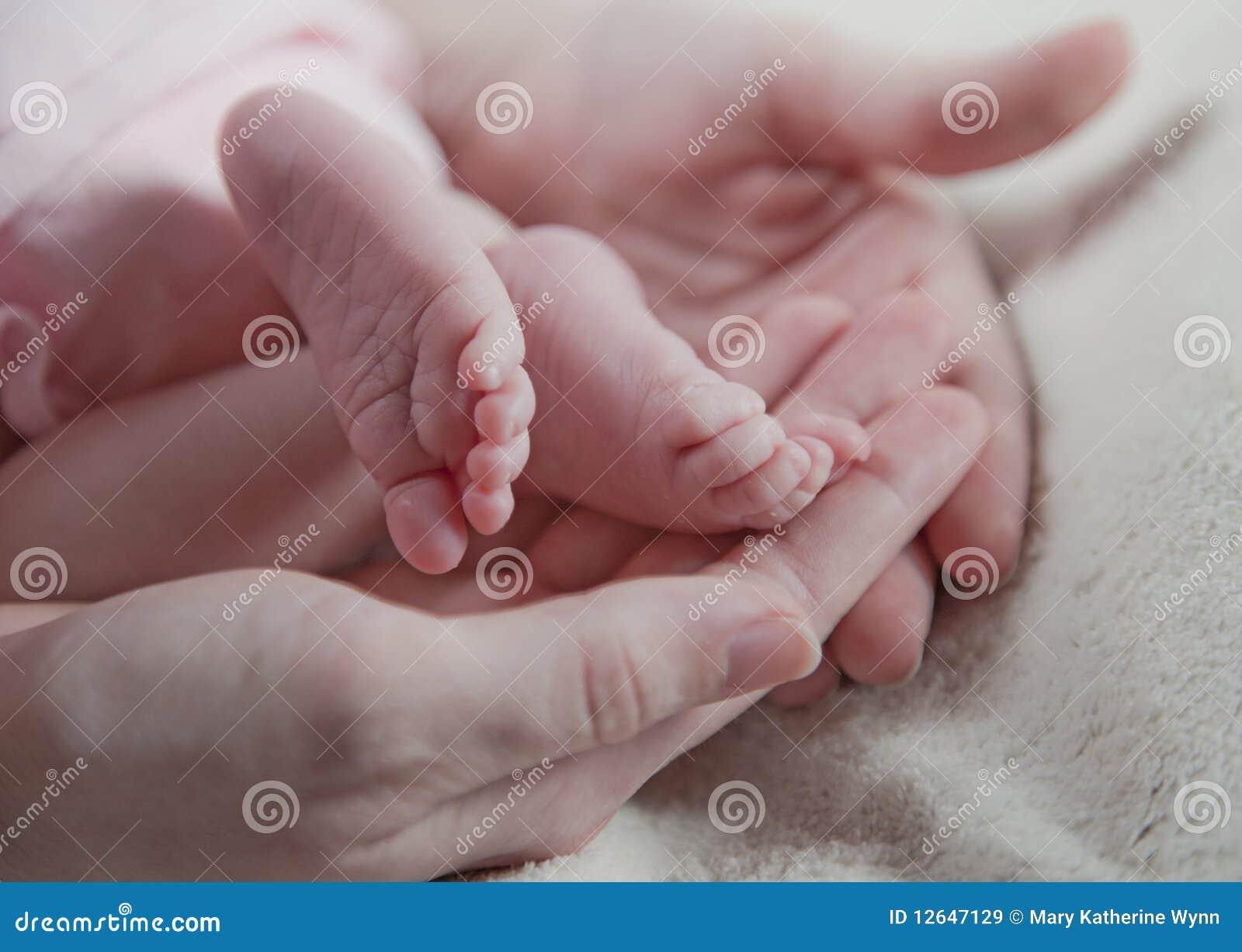 Pés recém-nascidos do bebê