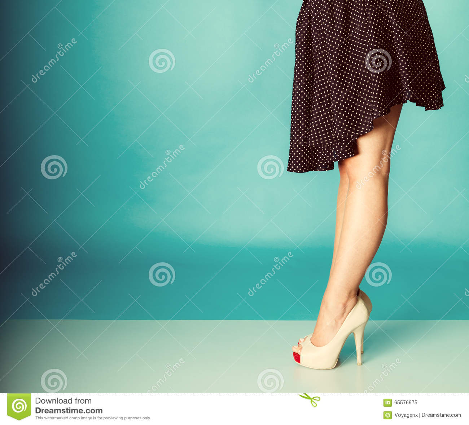 Pés  sexy  da mulher nos saltos elevados