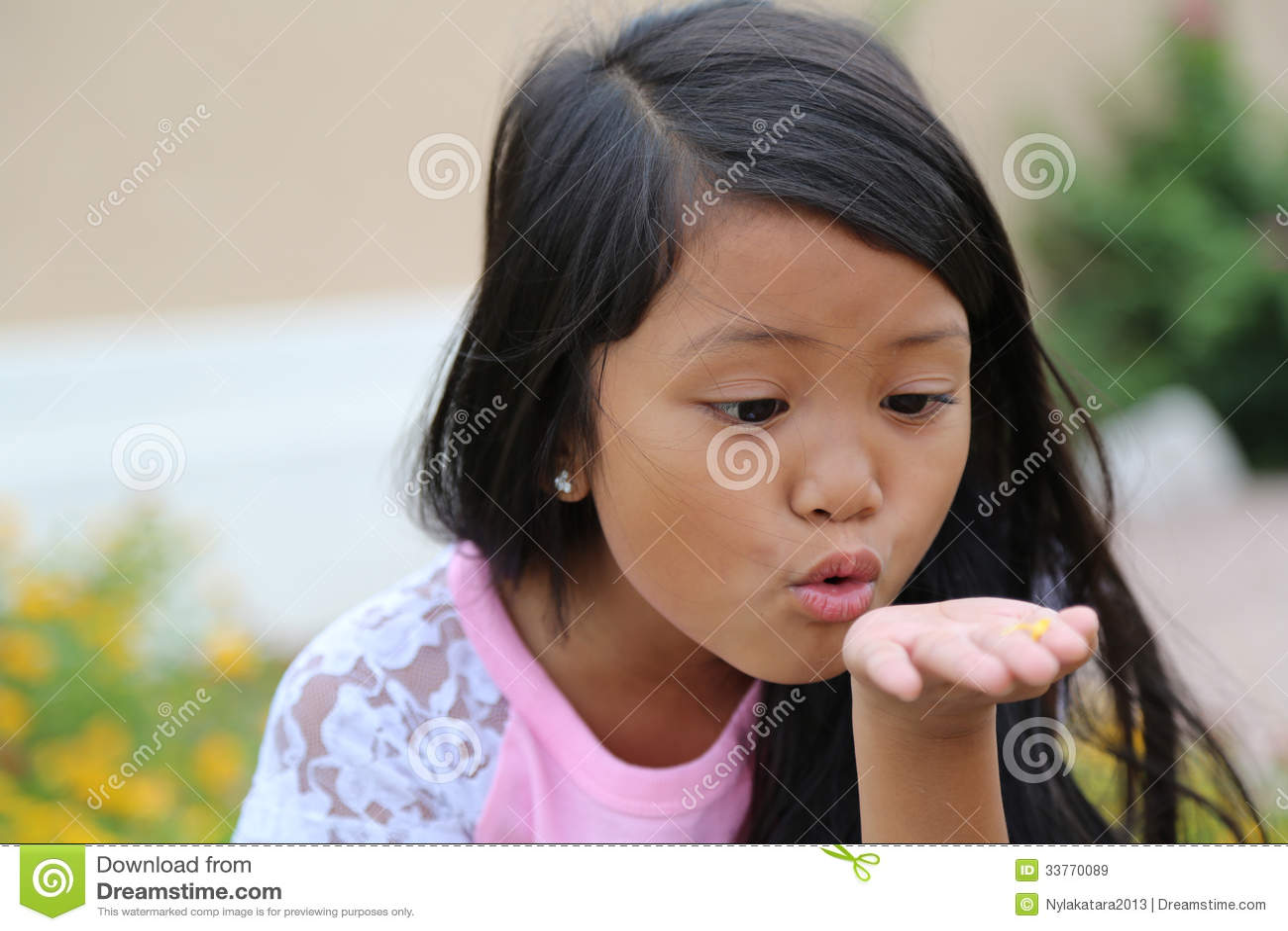 Pétalas de sopro da flor da menina