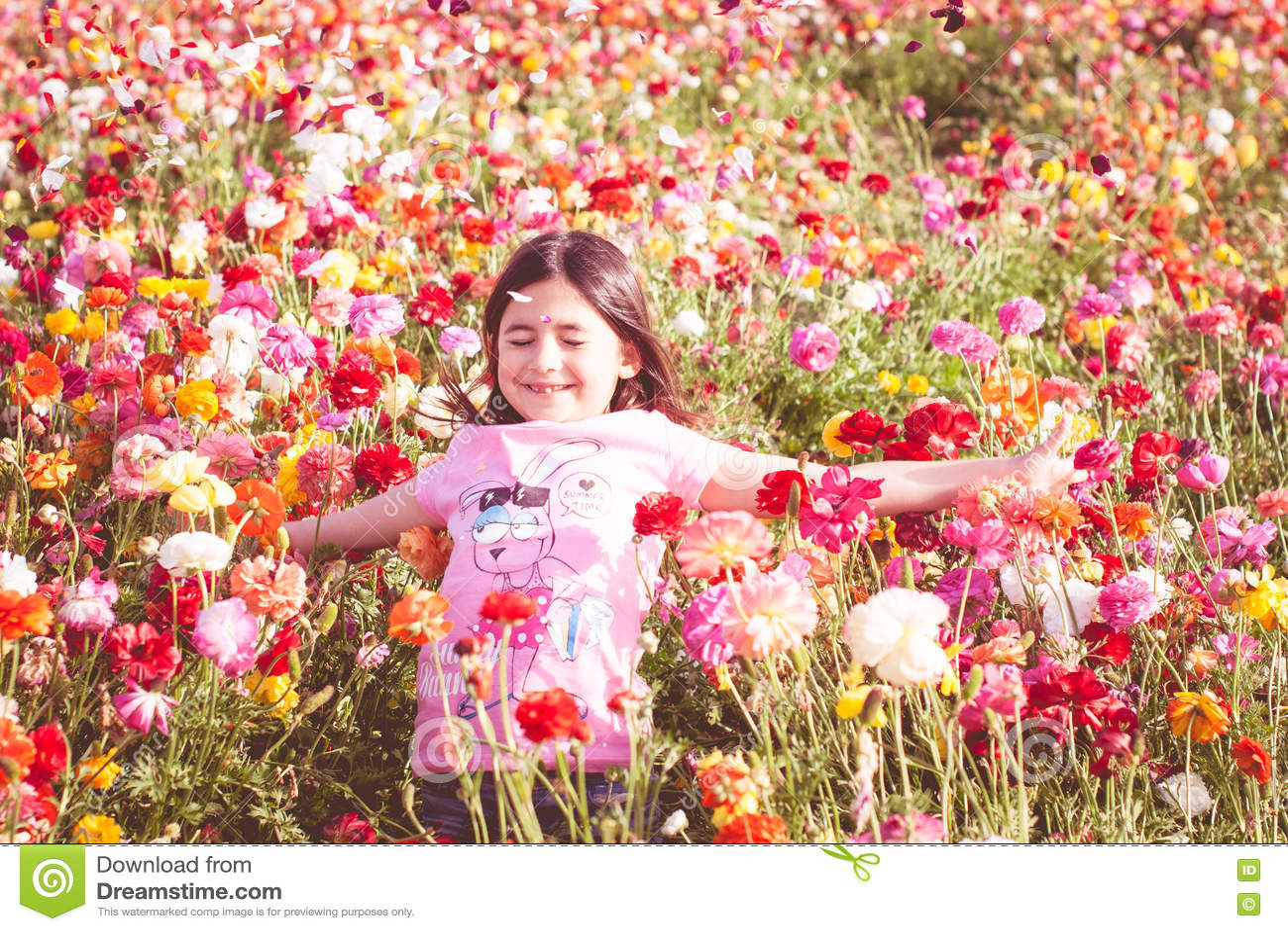 Pétalos de la flor de la muchacha que lanzan
