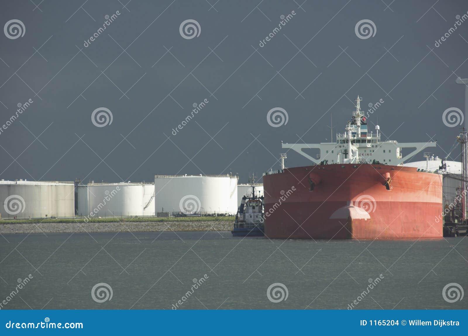 Pétrolier dans le port