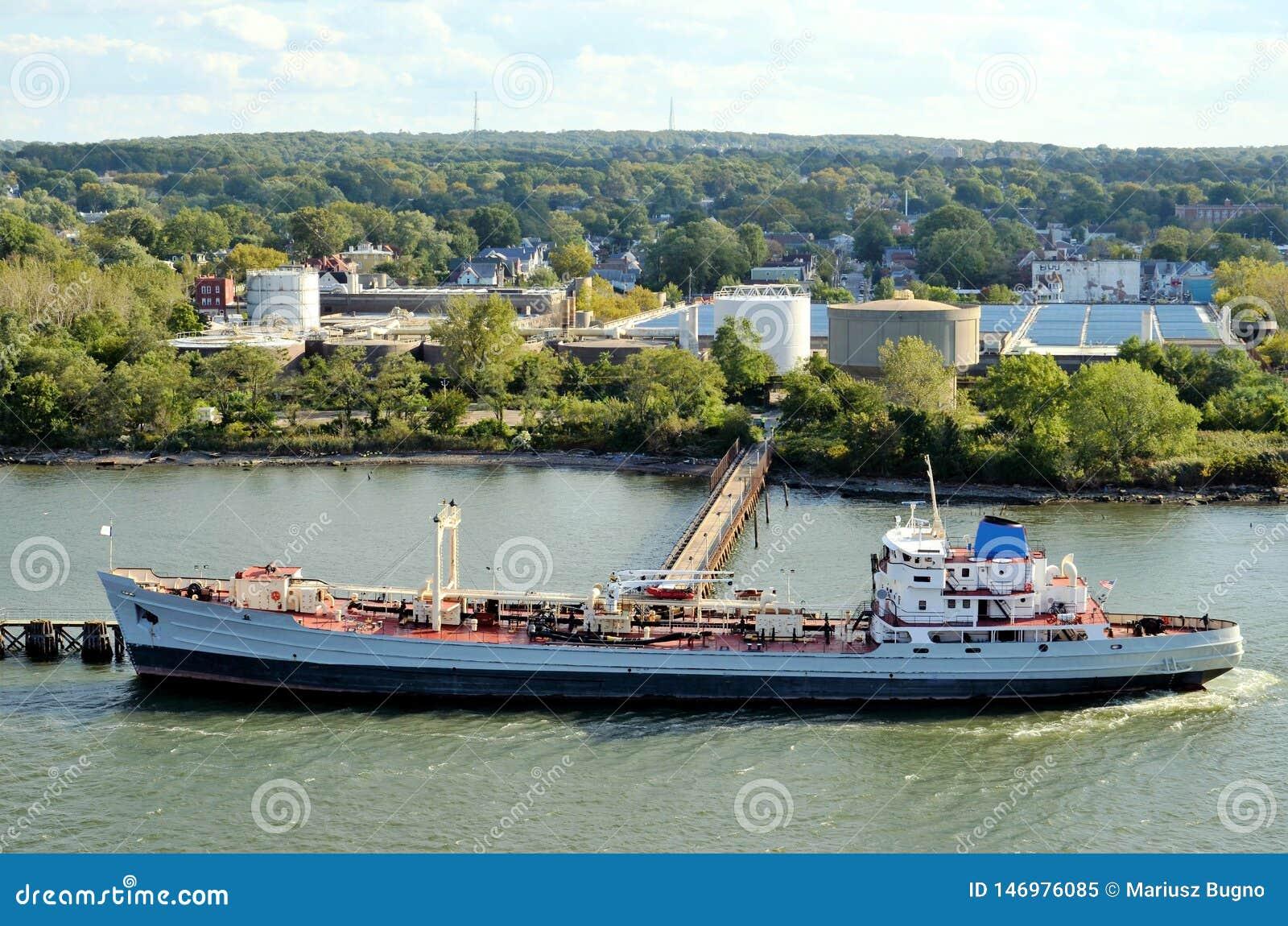 Pétrolier prenant sa cargaison, Bayonne dans le New Jersey