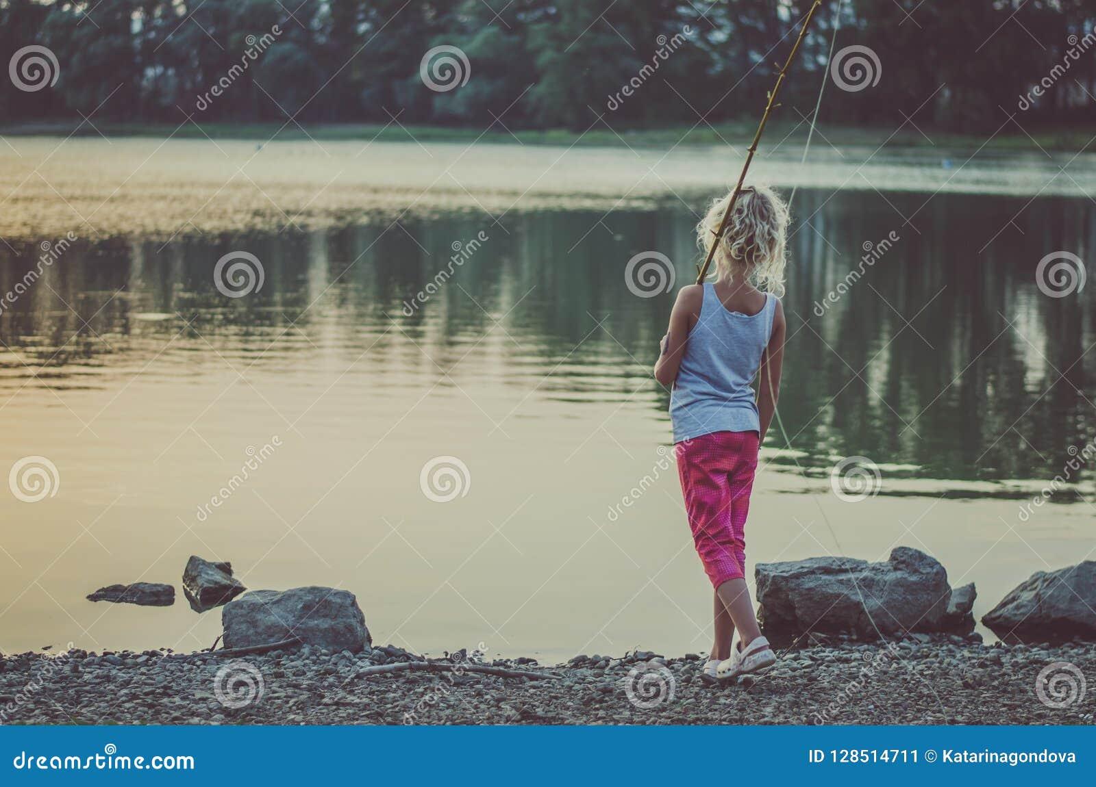 Canne A Peche Fait Maison pêche d'enfant à l'étang image stock. image du caucasien