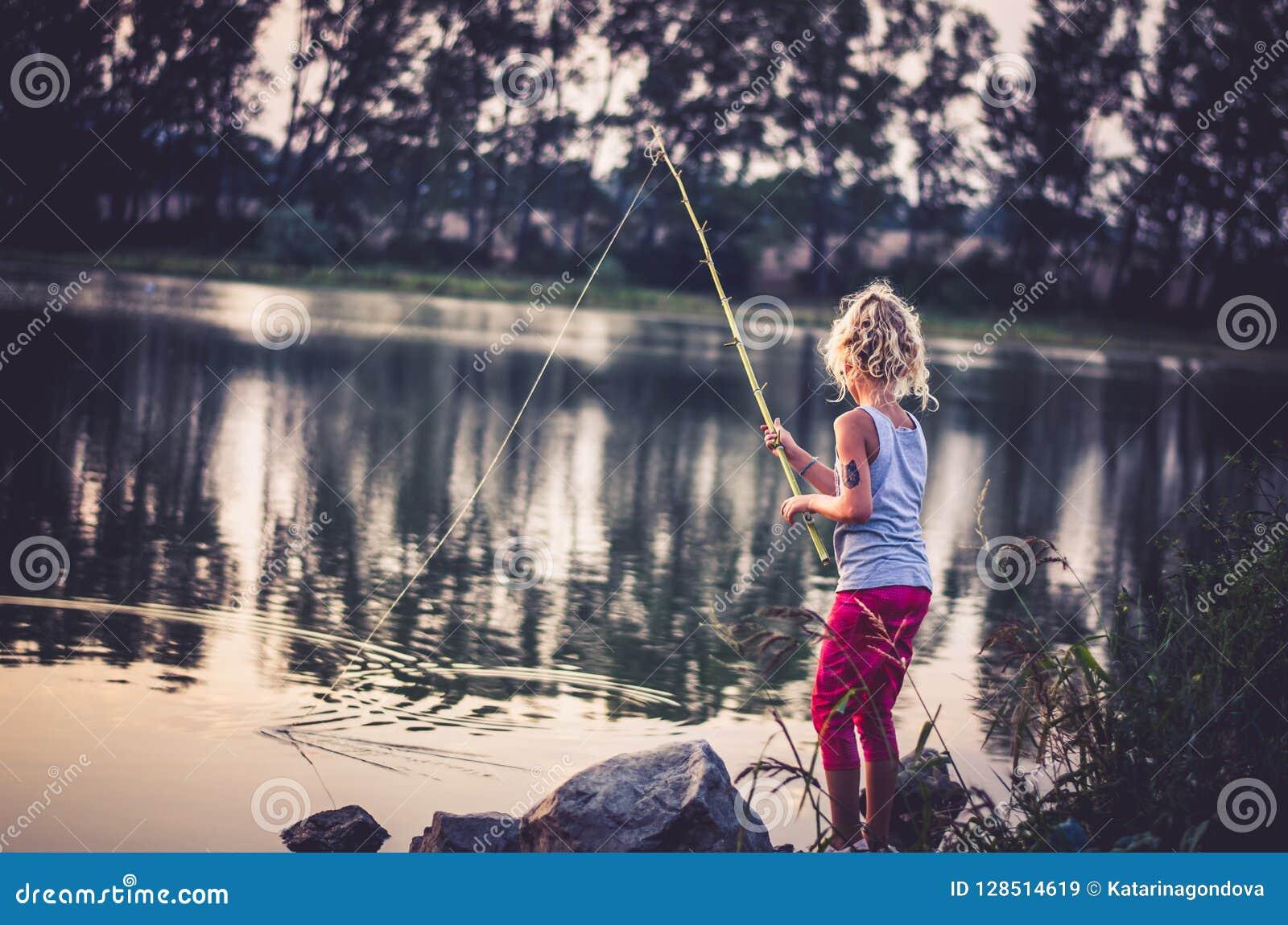 Canne A Peche Fait Maison pêche d'enfant sur le lac au temps de coucher du soleil
