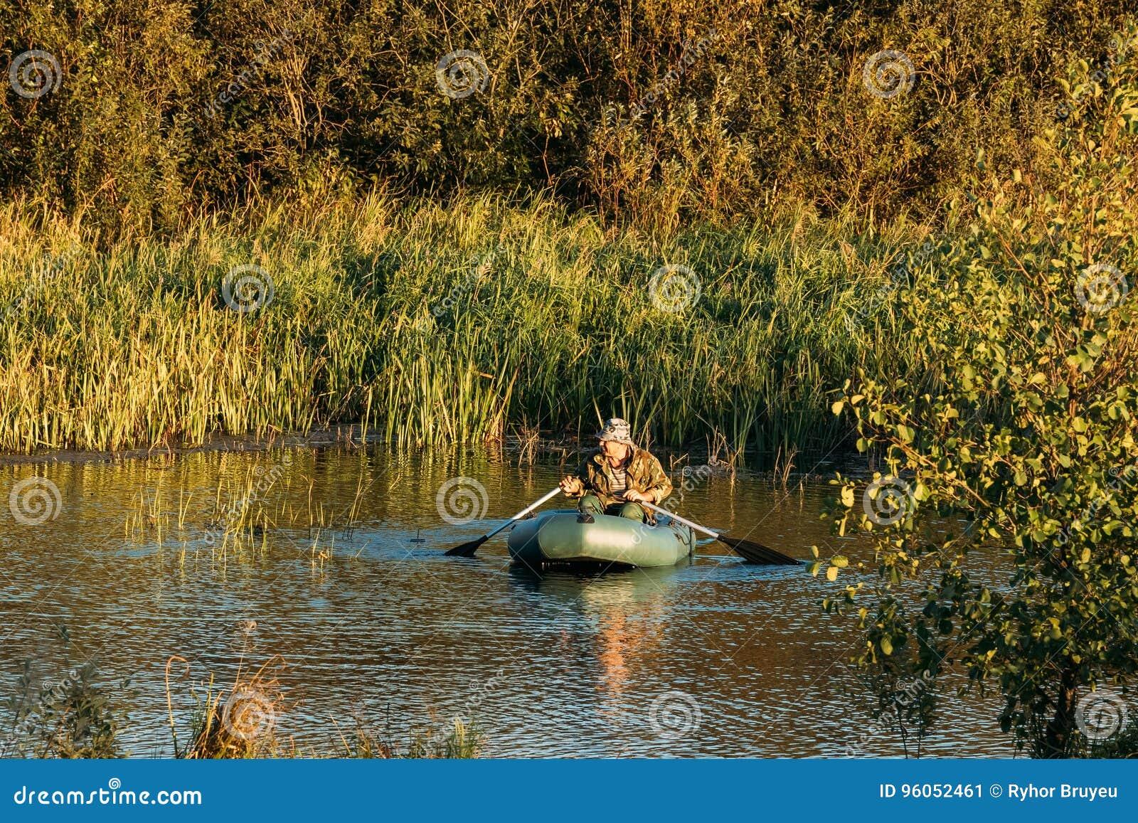 Pêche d homme du bateau de pêche en caoutchouc en lac ou rivière summer Soyez