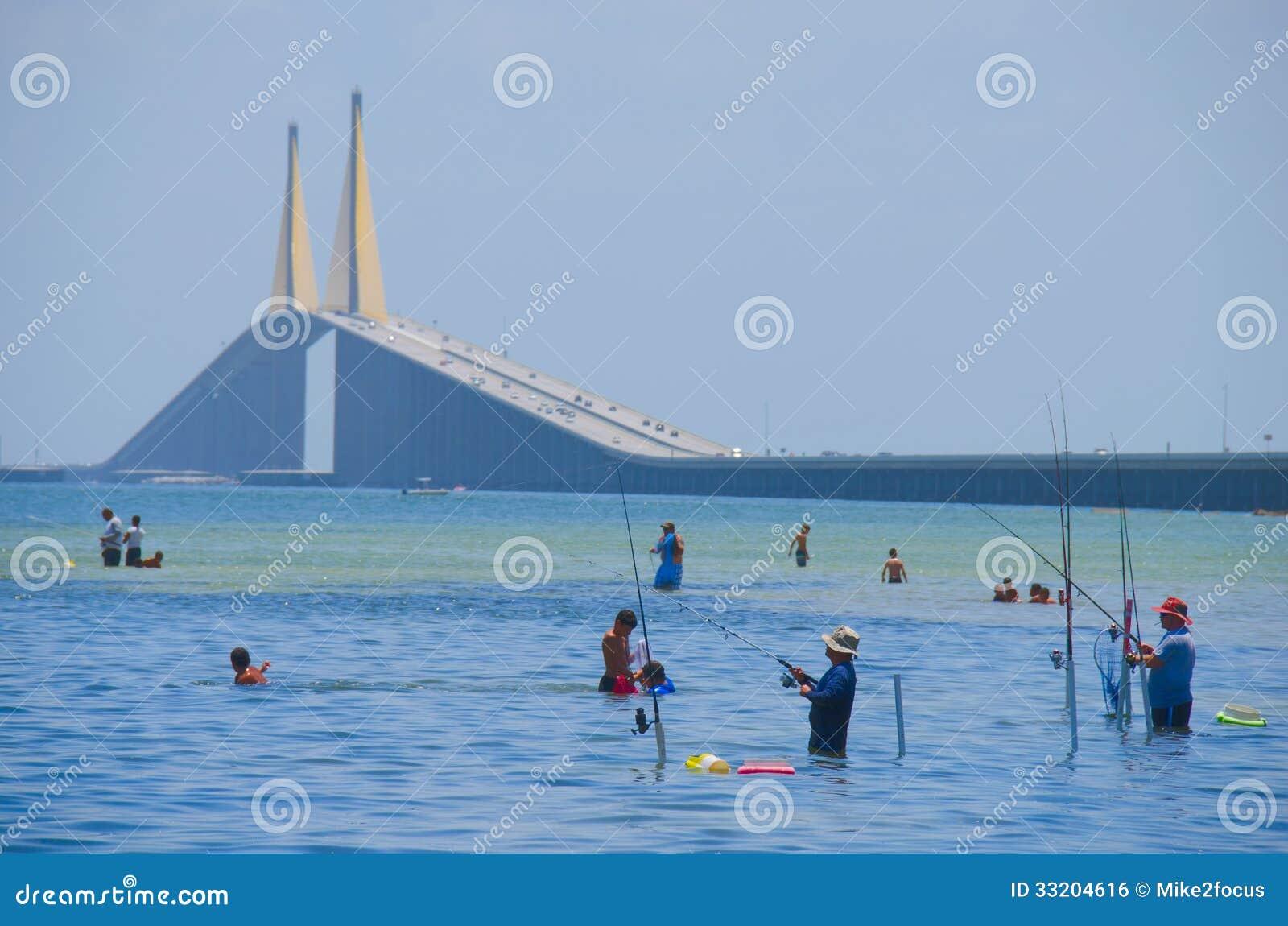 Pêche Tampa Bay par le pont de Skyway de soleil