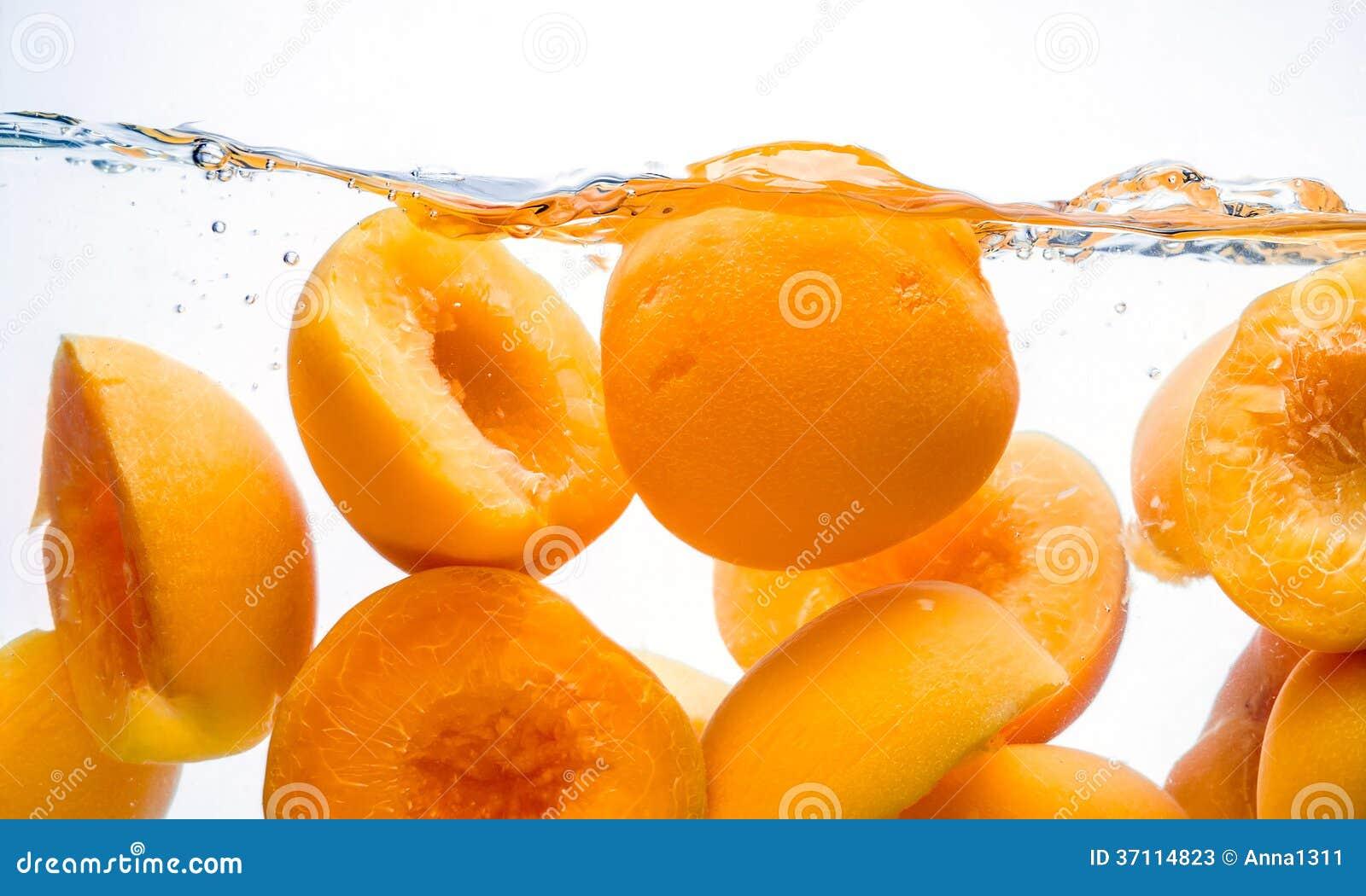 p ches en bo te claboussure de conserves de fruits dans l 39 eau photos stock image 37114823. Black Bedroom Furniture Sets. Home Design Ideas