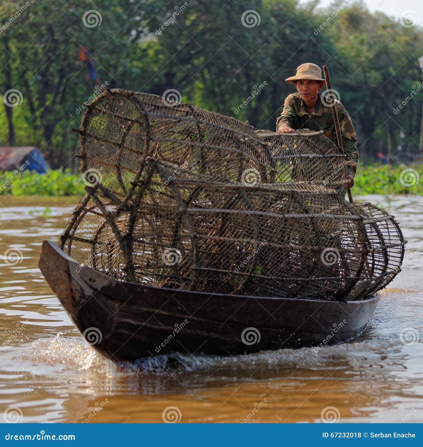 Pêcheur avec des pièges, sève de Tonle, Cambodge