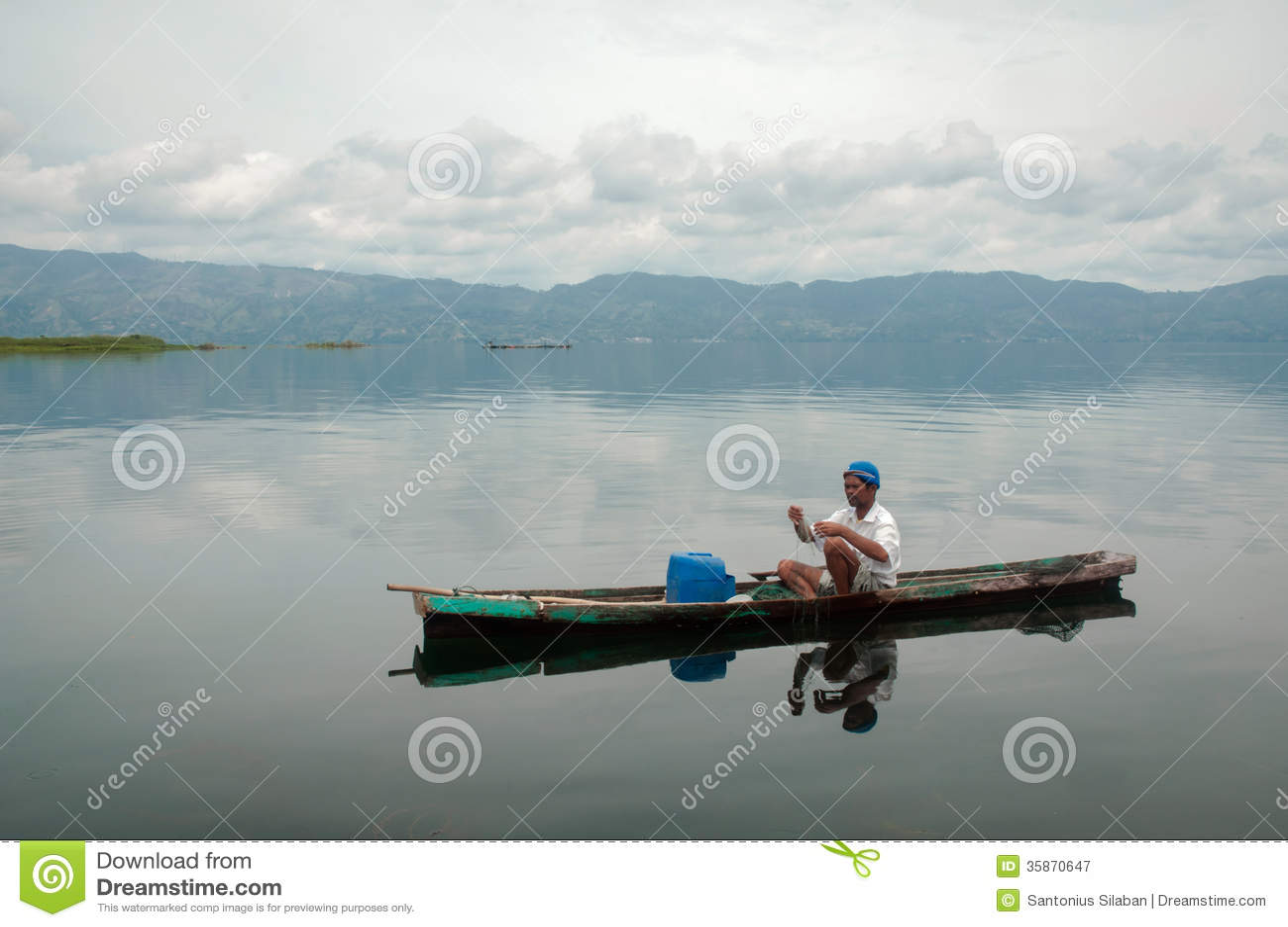 P cheur dans un petit bateau avec ses pi ges sur le plus for Dans un petit bateau
