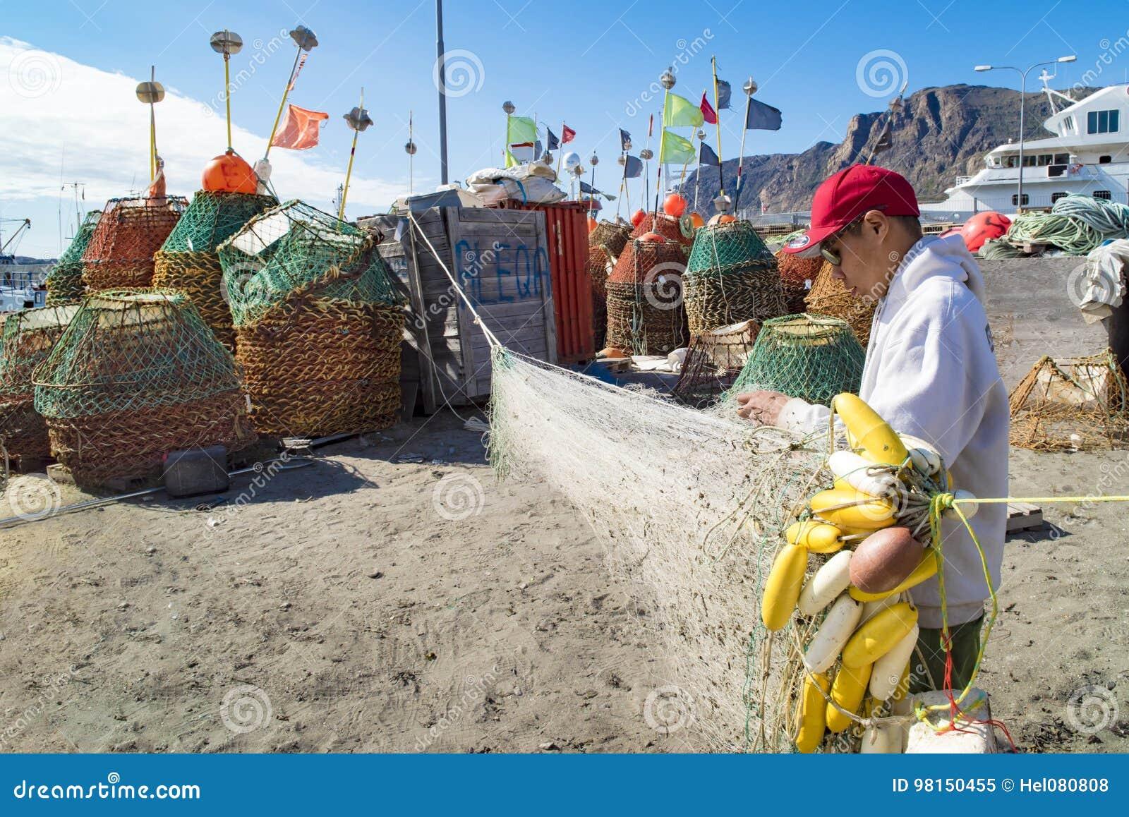 Pêcheur Greenlandic préparant des filets