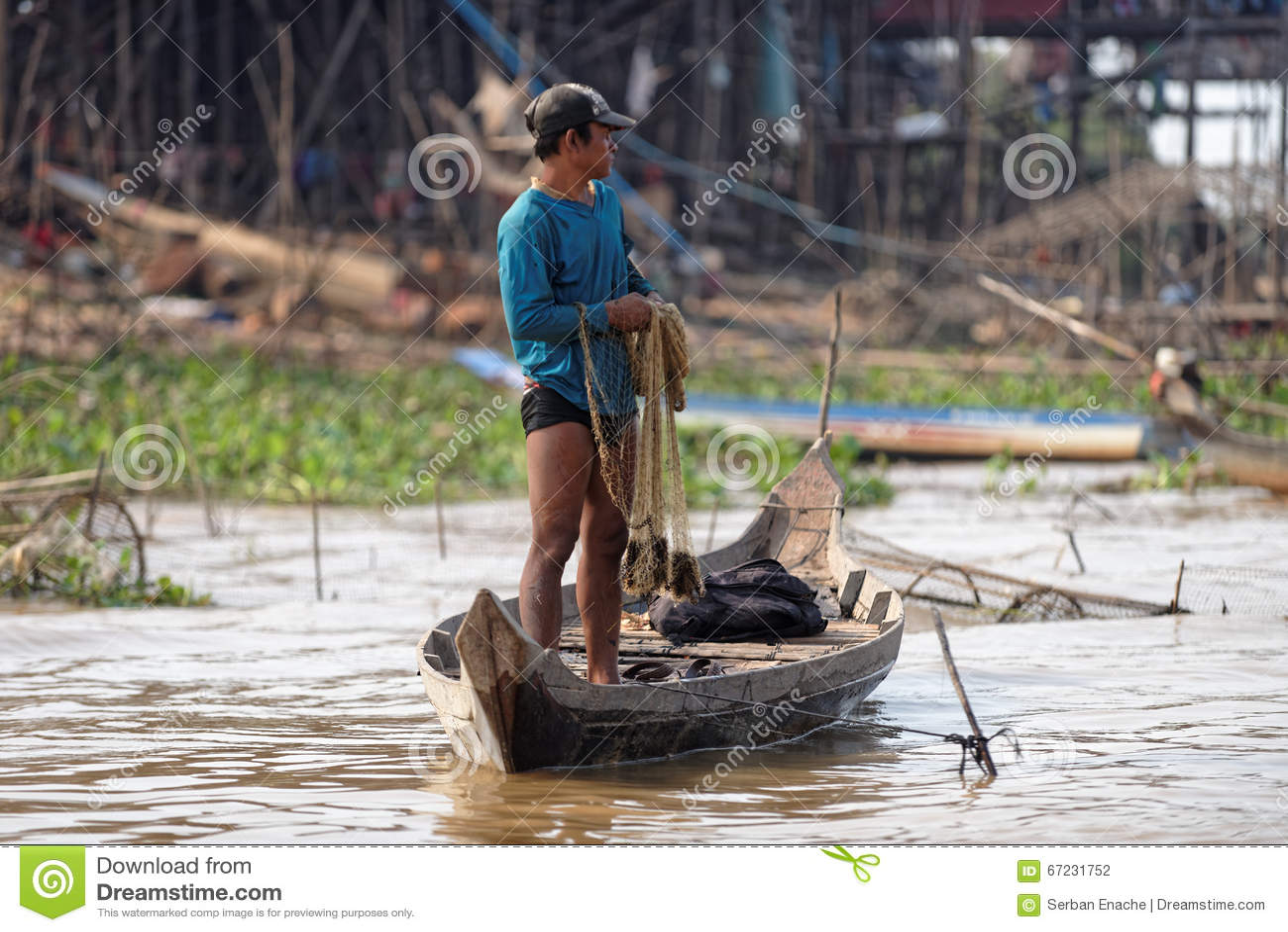 Pêcheur le long des rivages, sève de Tonle, Cambodge