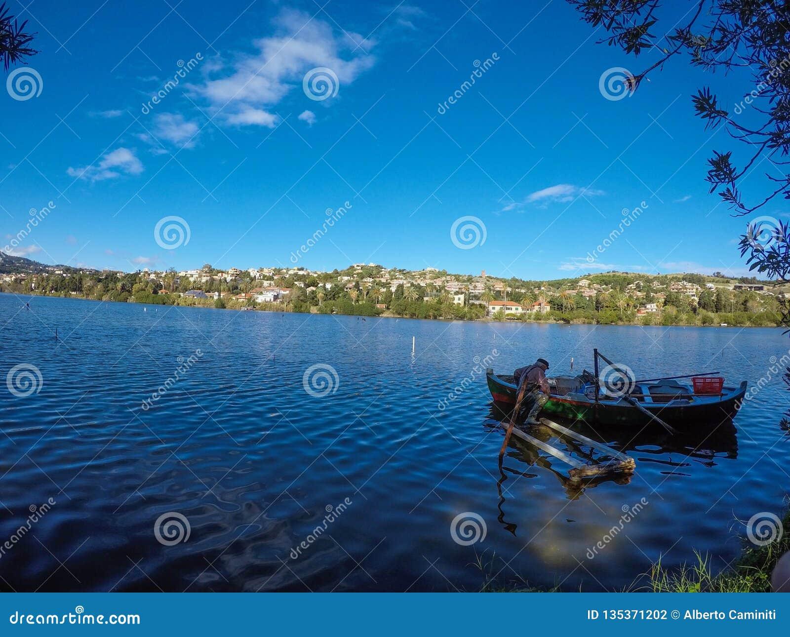 Pêcheur sicilien sur le lac du ganzirri