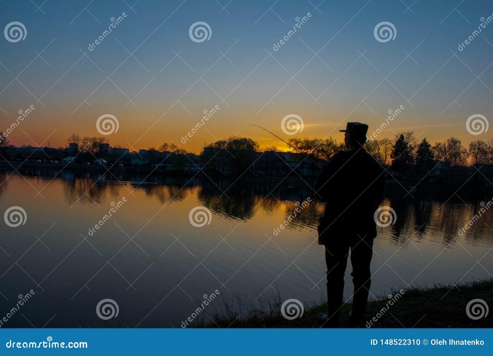 Pêcheur sur la rivière foncée