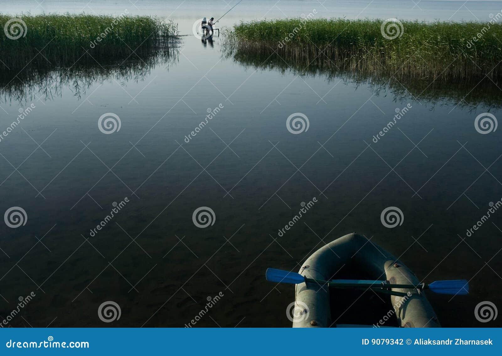 Pêcheurs pêchant le lac