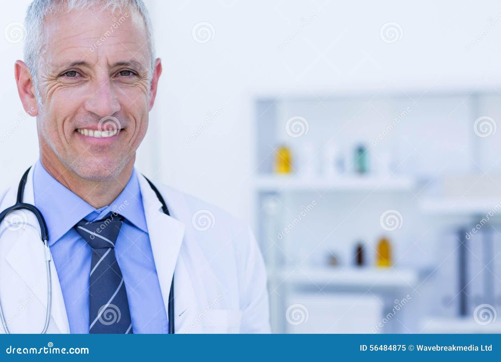 Pêchez le blanc de regard d isolement élevé heureux de vue du docteur s d appareil-photo de fond
