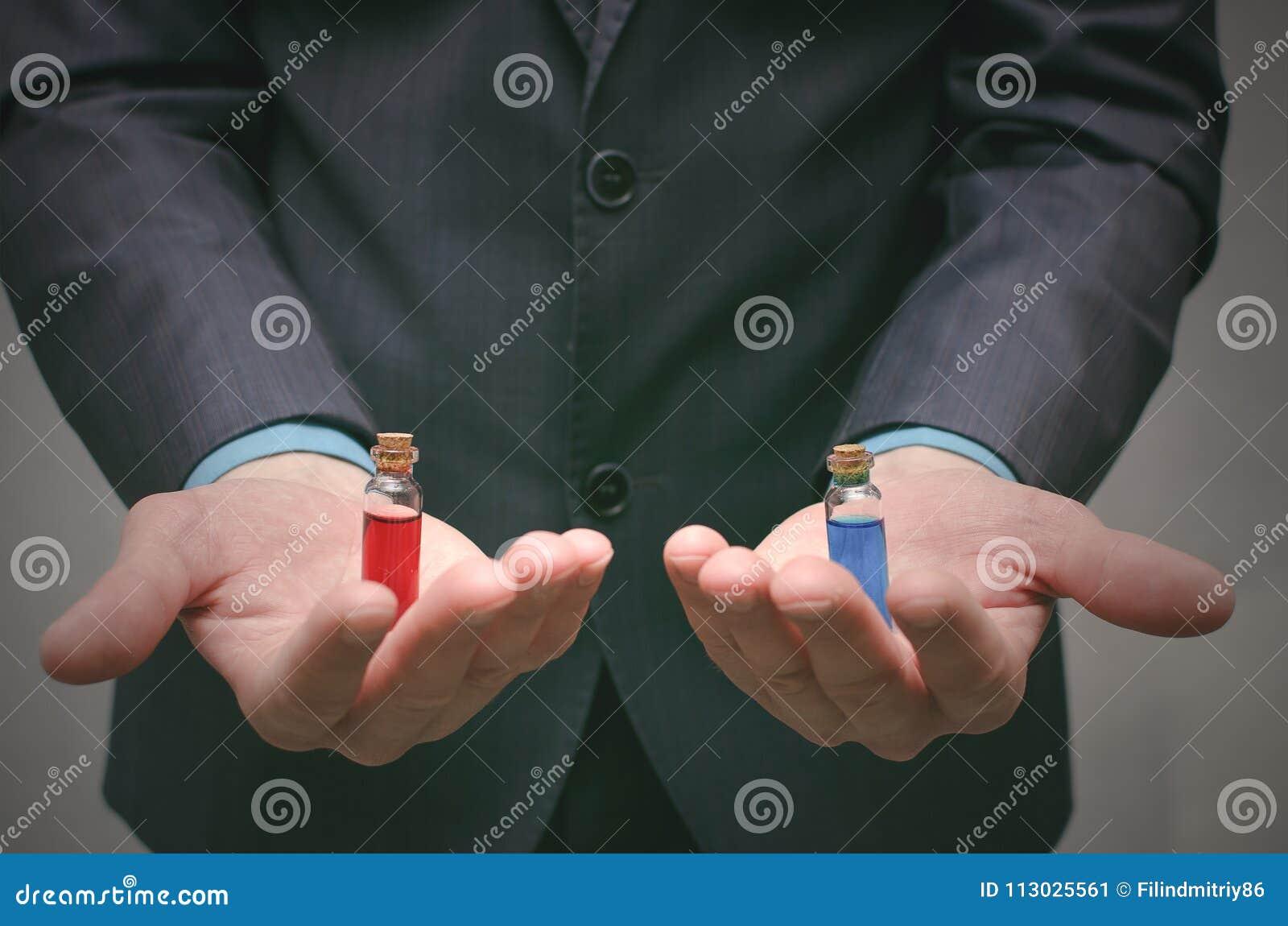 Píldora azul y roja que elige concepto Selección del esteroide o de la droga