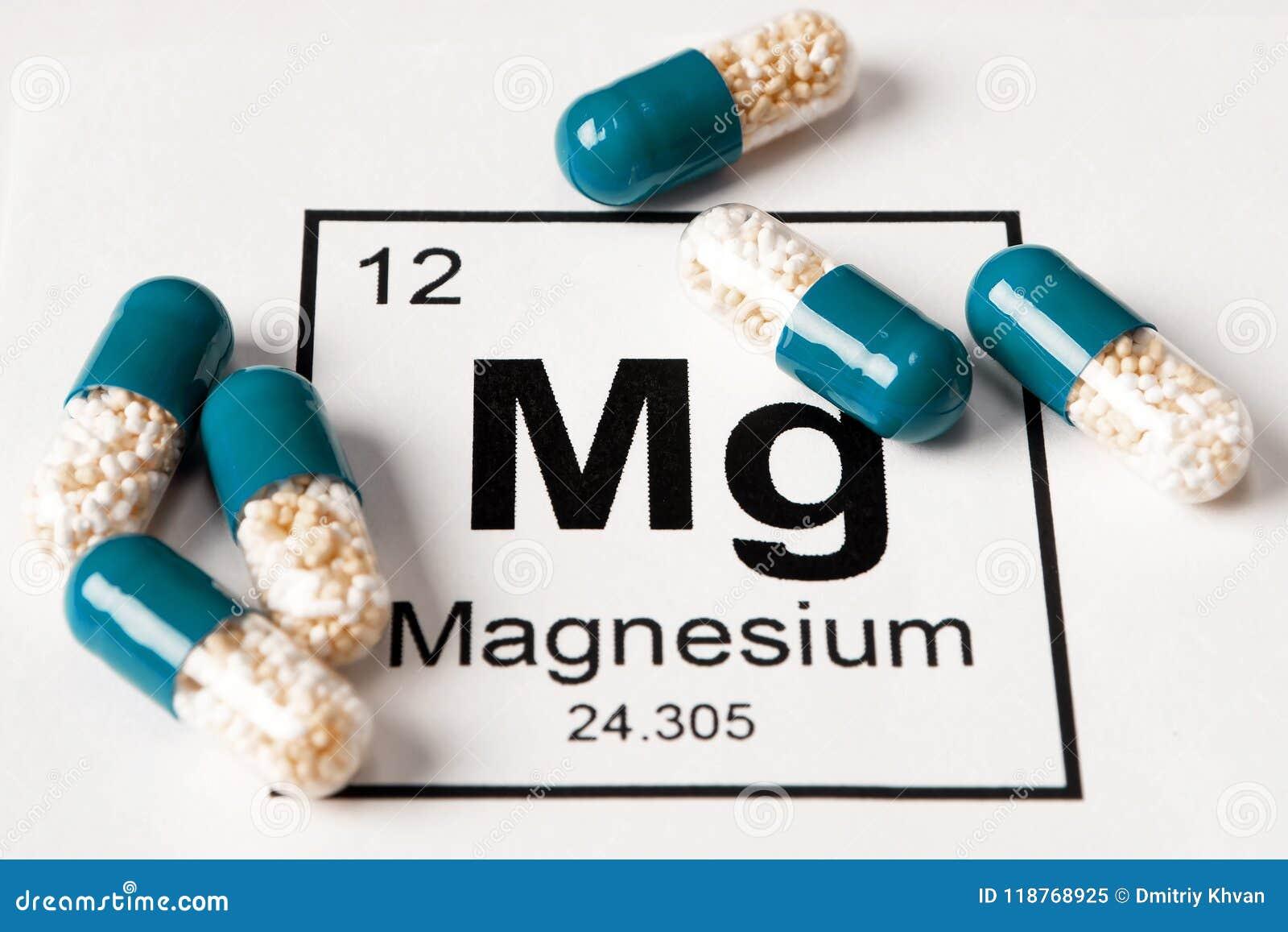 Píldoras con magnesio mineral del magnesio en un fondo blanco con