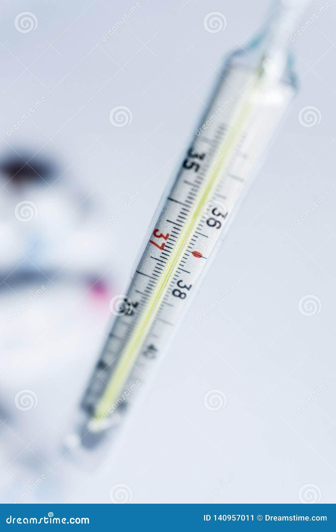 Píldoras en el termómetro handmedical