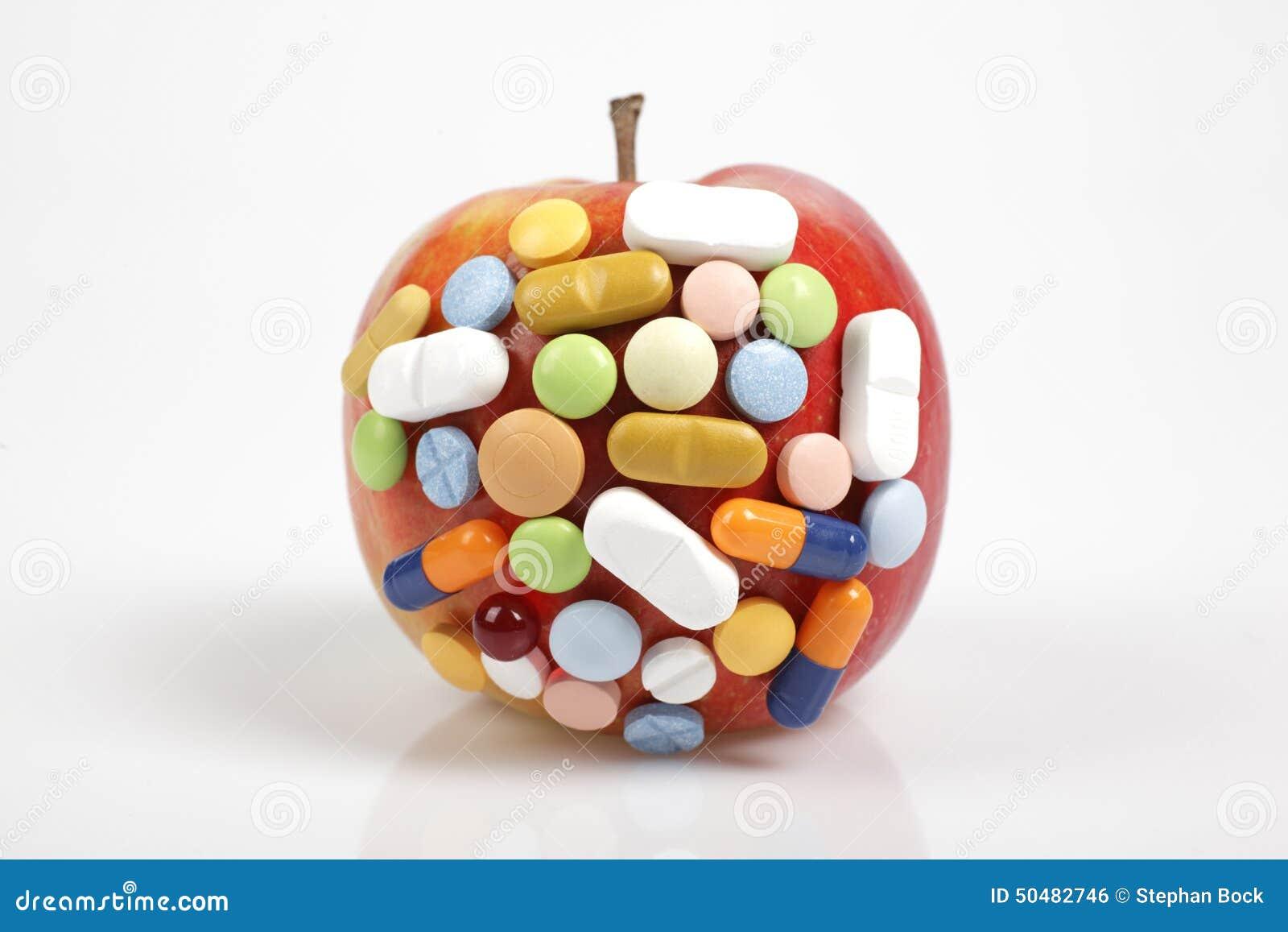 P ldoras en manzana en el fondo blanco que simboliza la for La quimica en la gastronomia