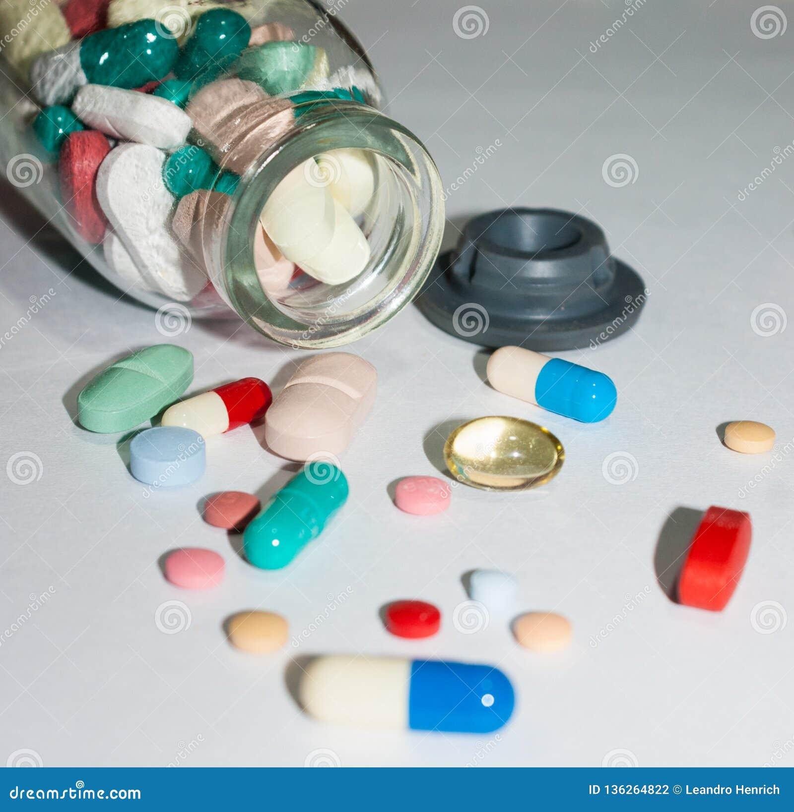Píldoras farmacéuticas sobre la tabla