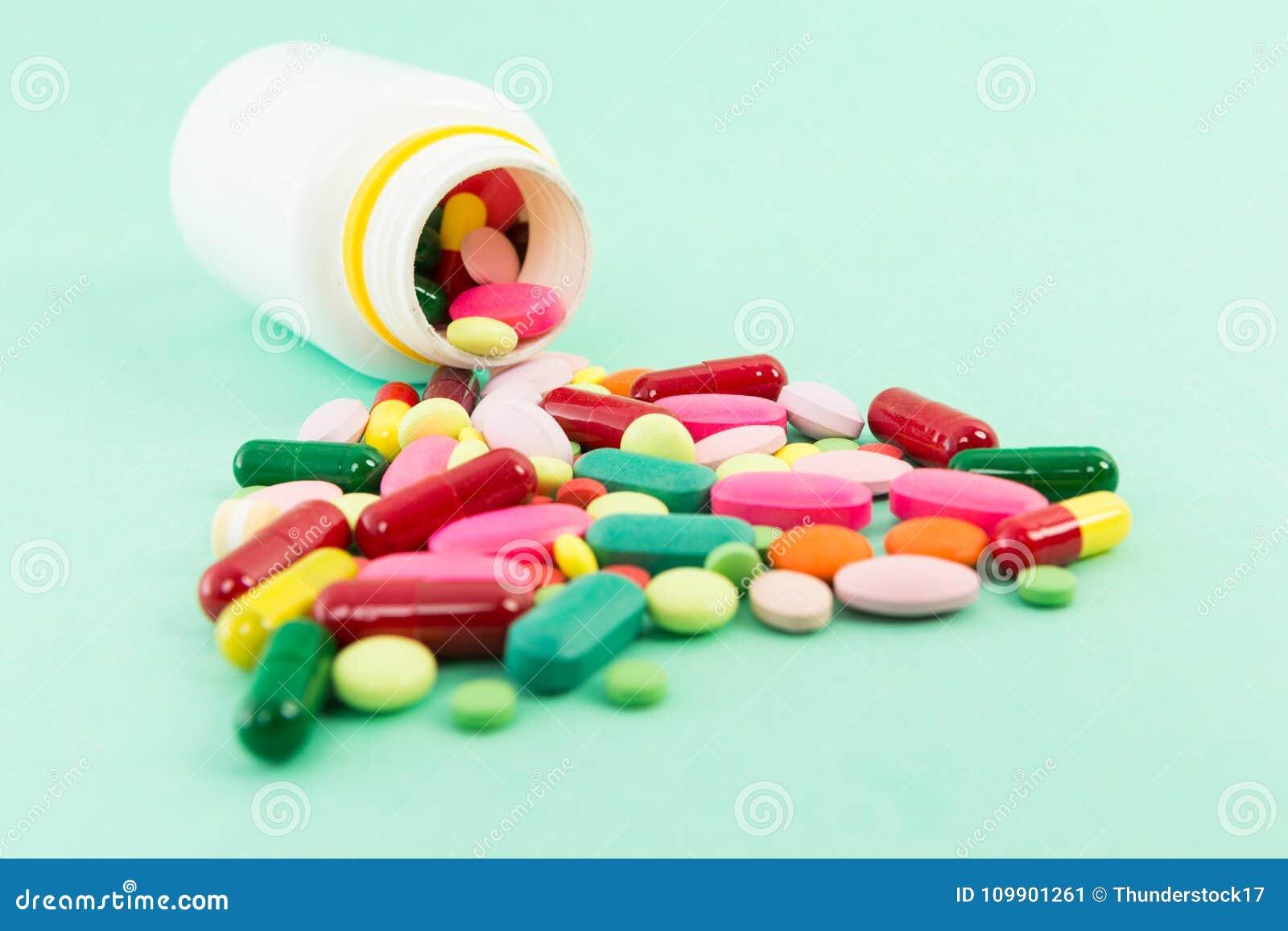 Píldoras o tabletas derramadas fuera de una botella