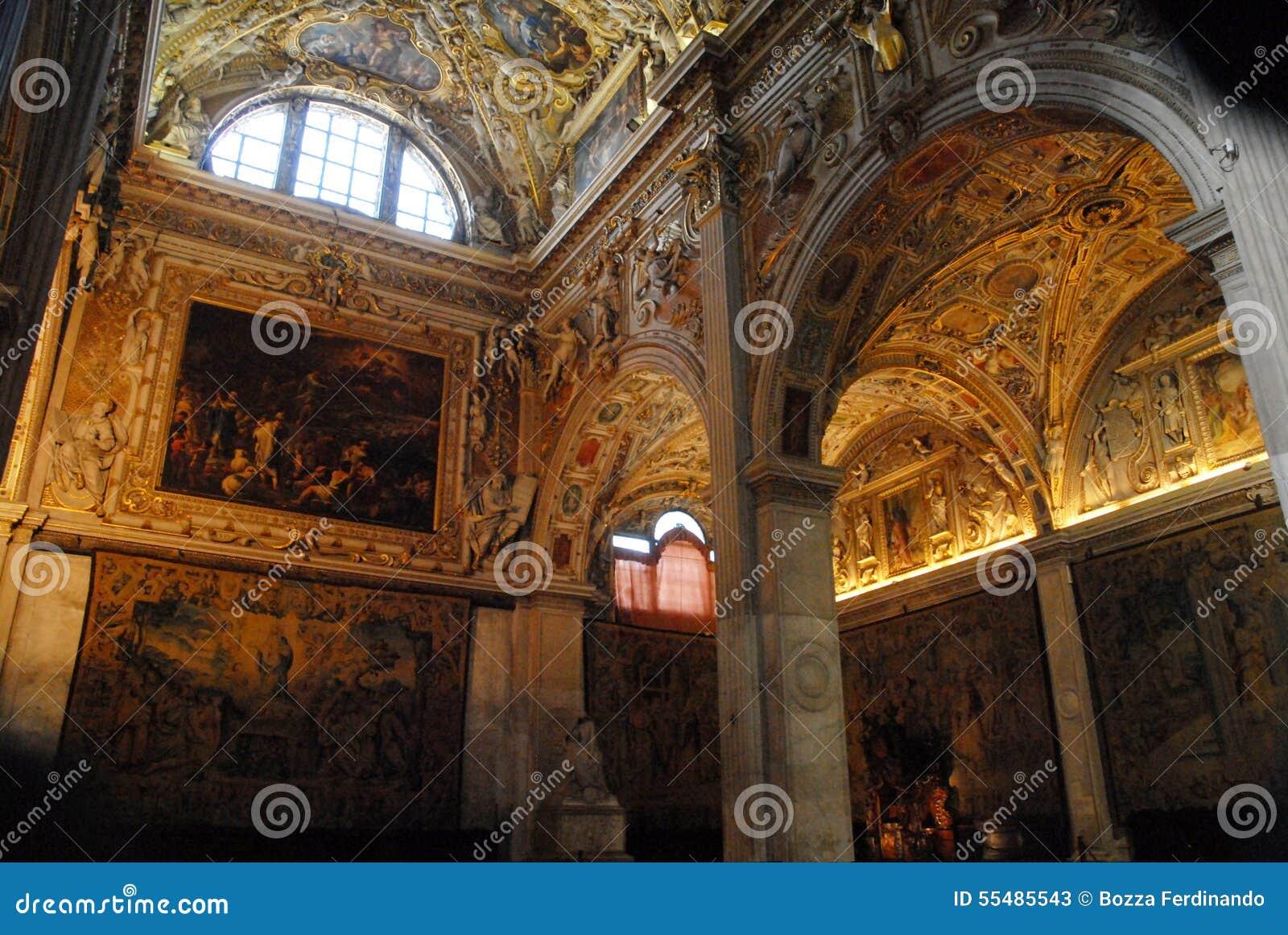 Półcyrkłowy szklany okno w katedrze w Bergamo wysokim
