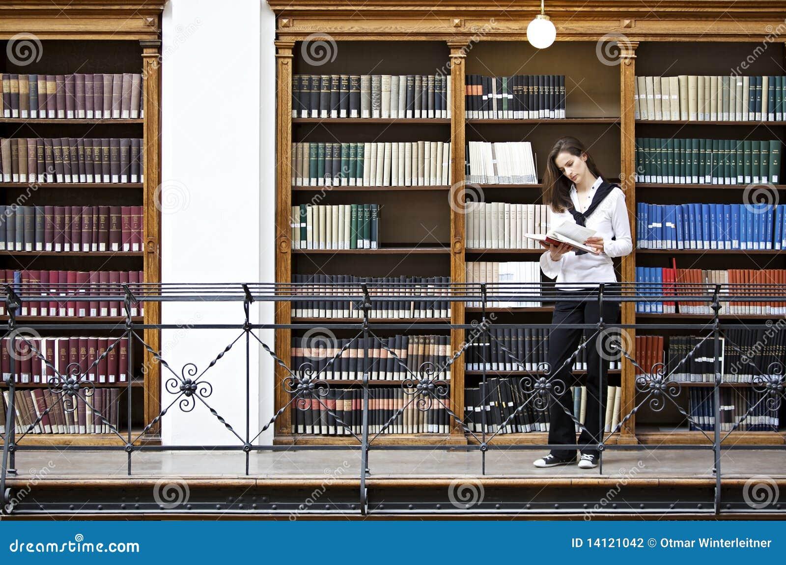 Półka na książki kobieta frontowa czytelnicza